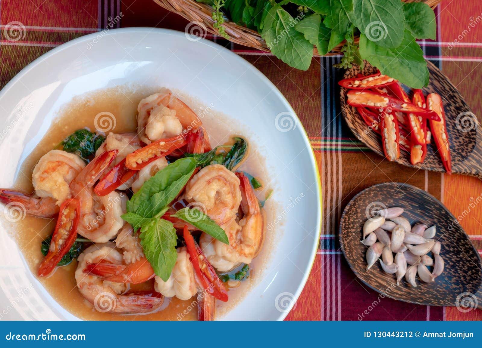 Gebraden garnalen met zoete basilicumbladeren, kruidig Thais voedsel