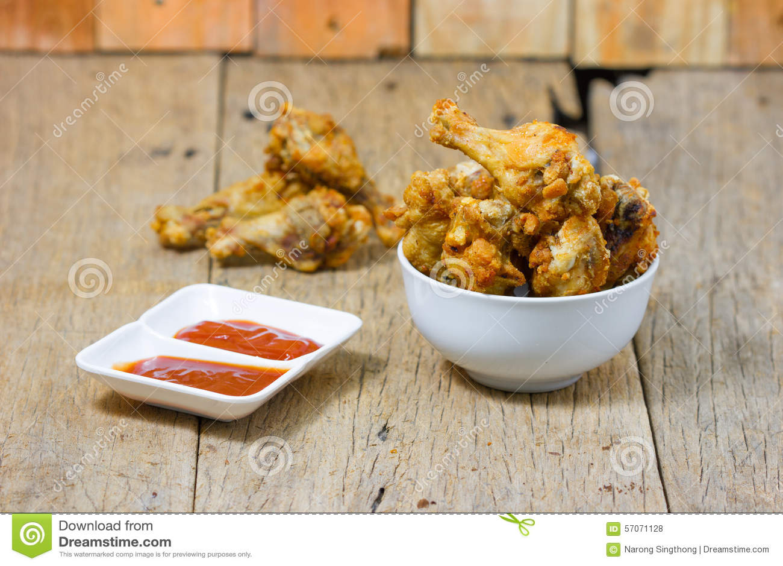 Gebraden gemarineerde de kippentrommelstok en saus van de vissensaus