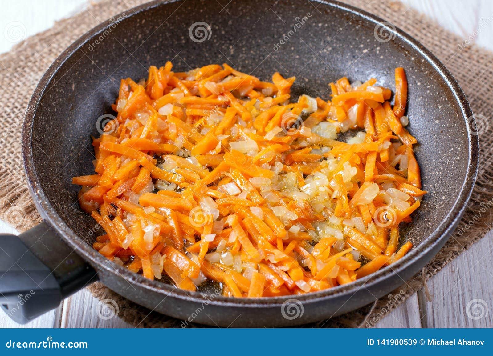 Gebraden uien en wortelen, het vullen soep, knoflook, eigengemaakt voedsel
