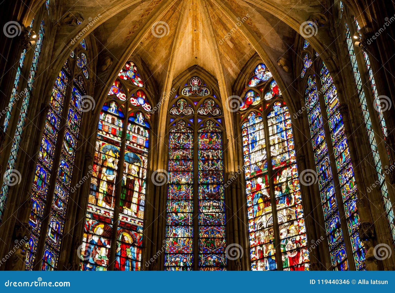 Gebrandschilderd glas in het Saint Nazaire van La basilique van de stad Carcasso