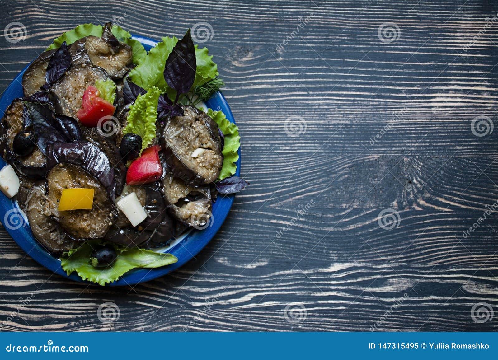 Gebratene Aubergine mit frischem Salat und Gew?rzen