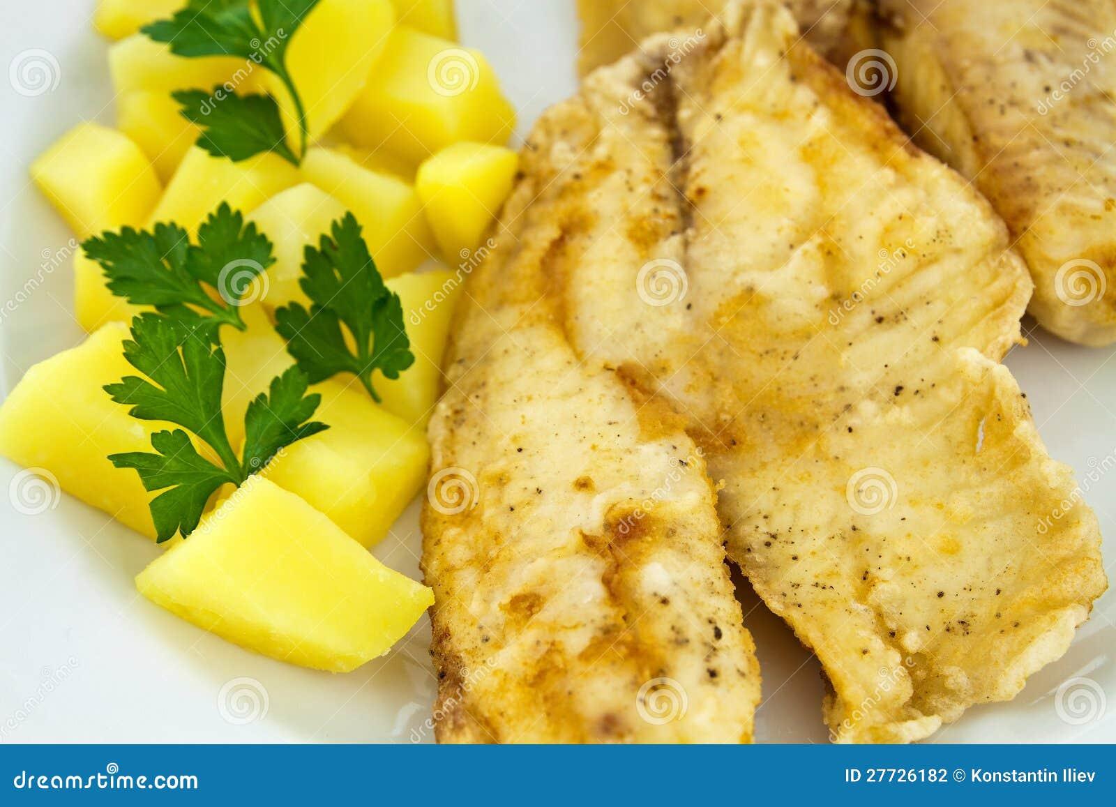 Gebratene Fische mit gekochten Kartoffeln