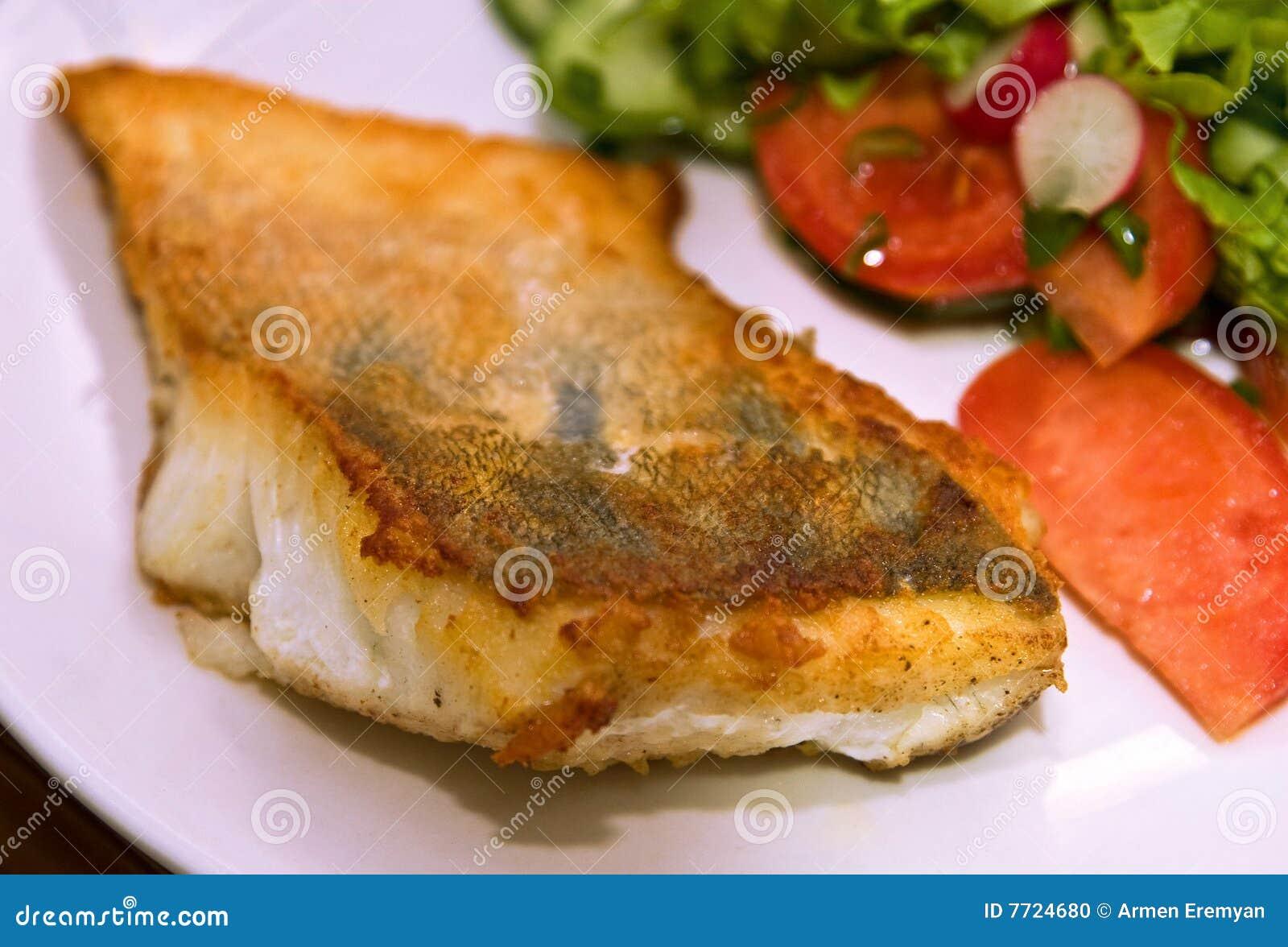 Gebratene Fische mit Gemüse