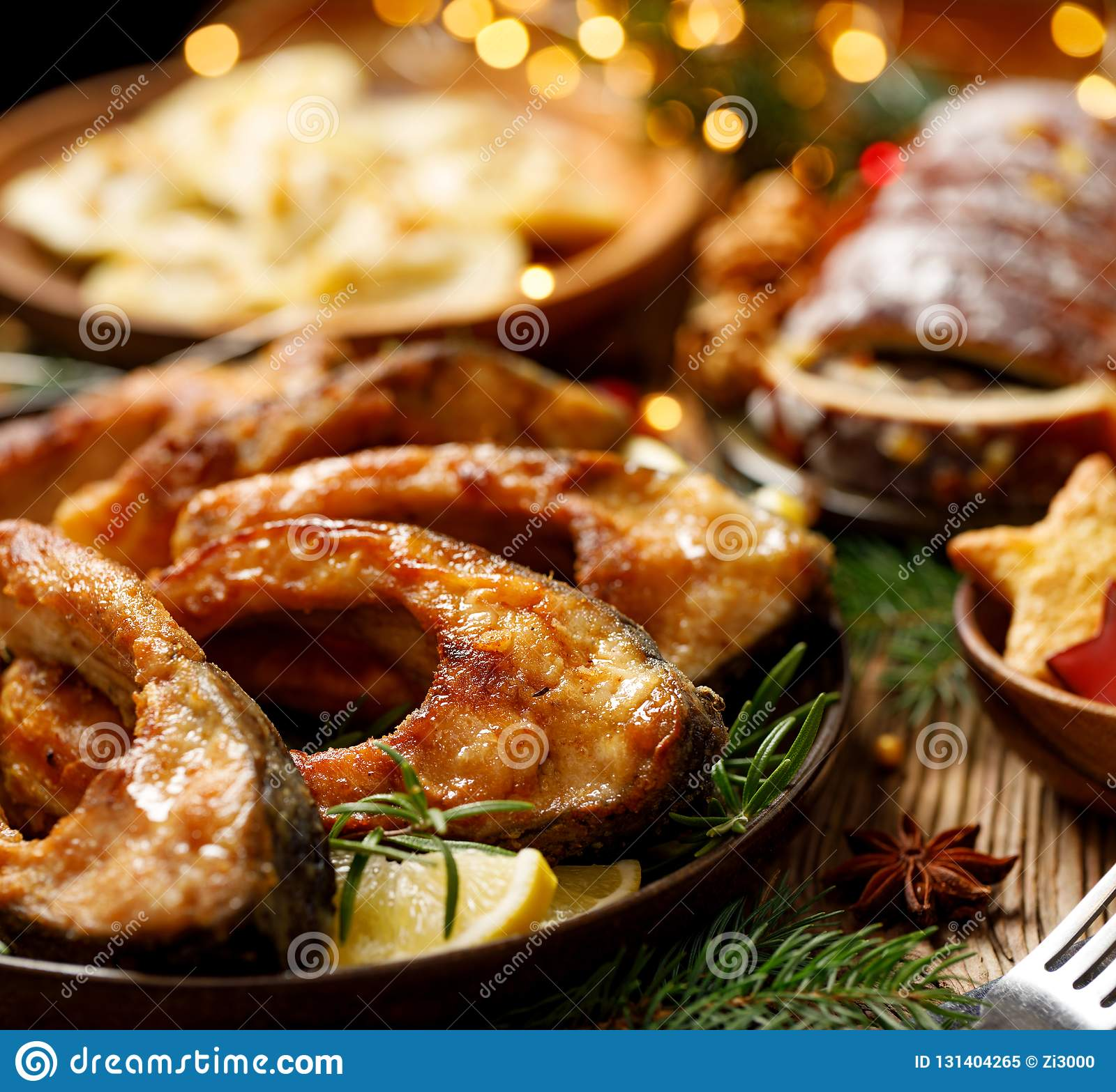 Gebratene Karpfenfischscheiben auf einer keramischen Platte, Abschluss oben Traditioneller Weihnachtsabendsteller
