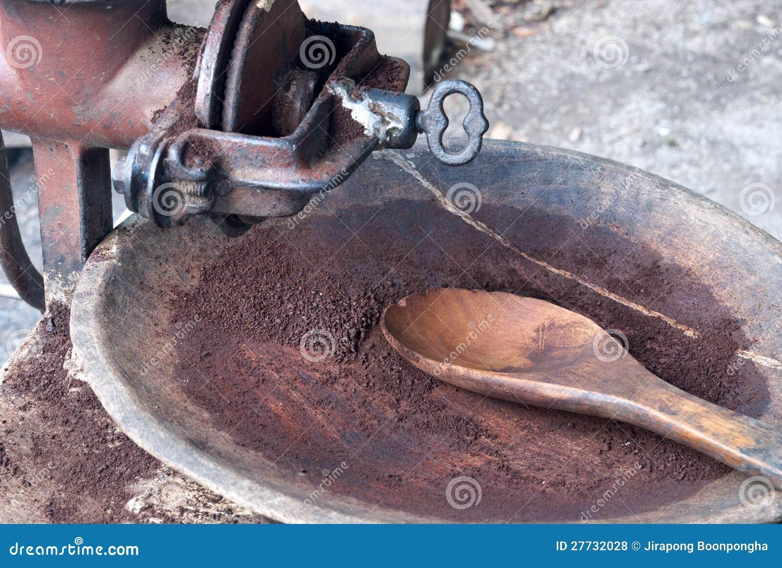 Gebratener Arabicakaffee, der im alten Schleifer reibt
