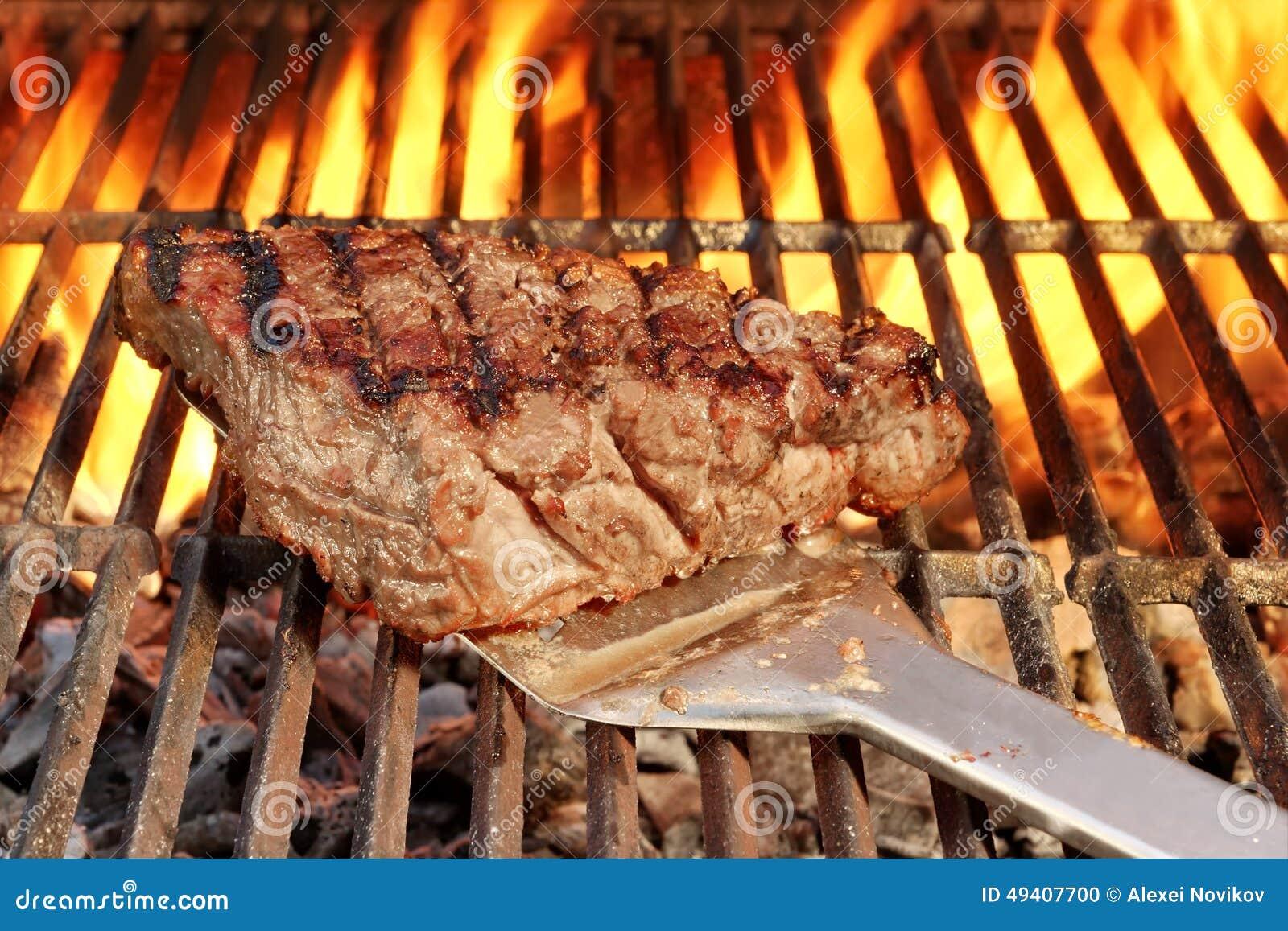 Download Gebratenes Beefsteak Auf Der Spachtel über Einem Heißen BBQ-Grill Stockfoto - Bild von verwelkt, grill: 49407700