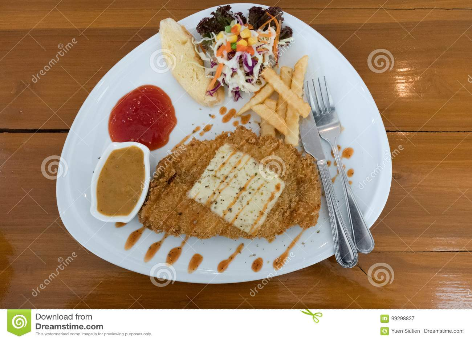 Gebratenes Fischfiletsteak mit Gemüse und Kartoffeln