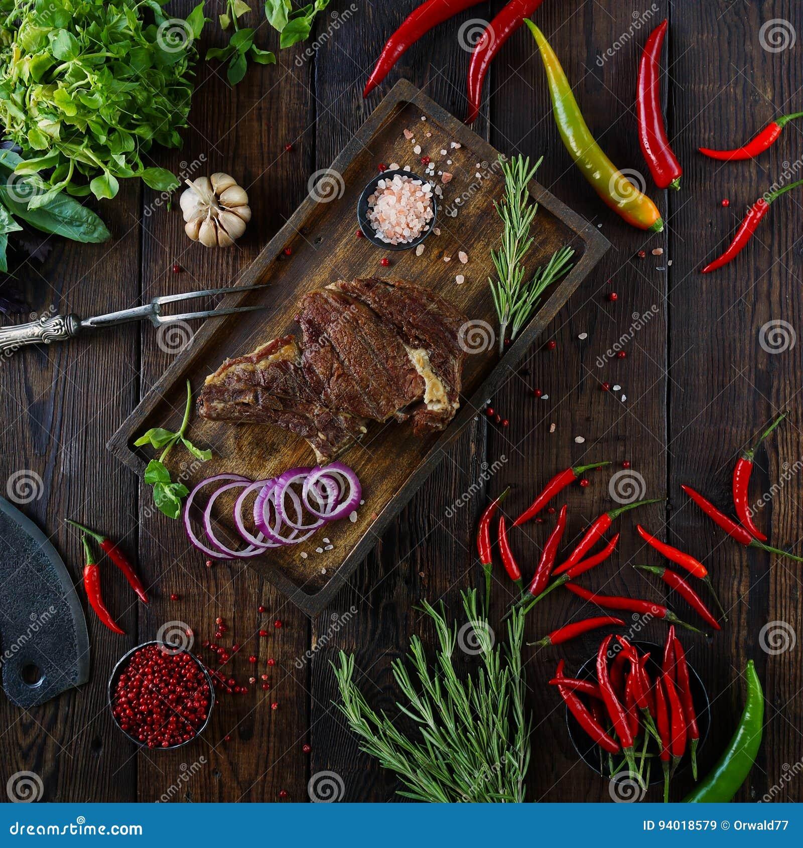 Gebratenes Fleisch mit Zwiebeln, Knoblauch, Gewürzen, frischen Kräutern, rotem Pfeffer und Salz