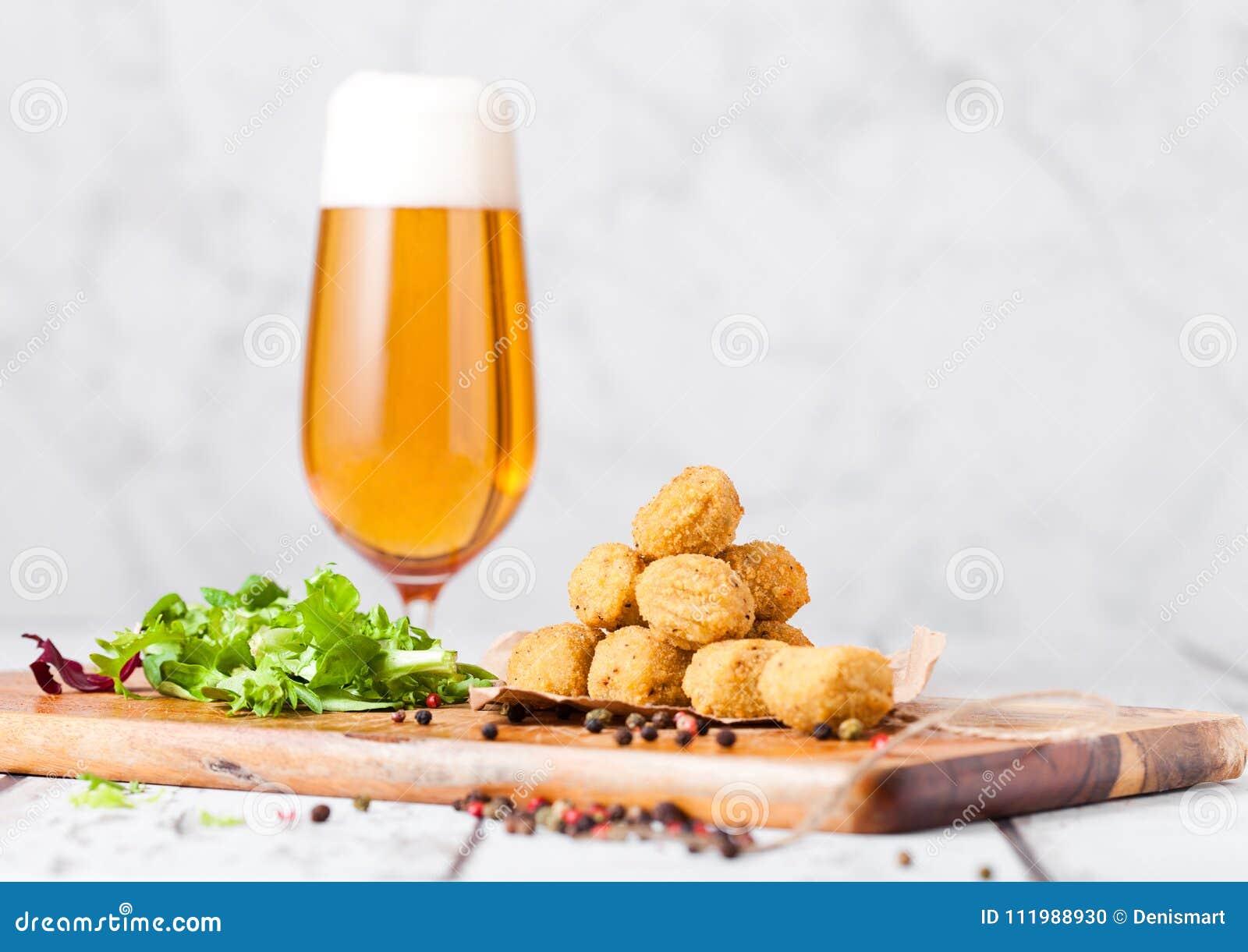 Gebratenes Hühnerpopcorn mit frischem Salat und Bier