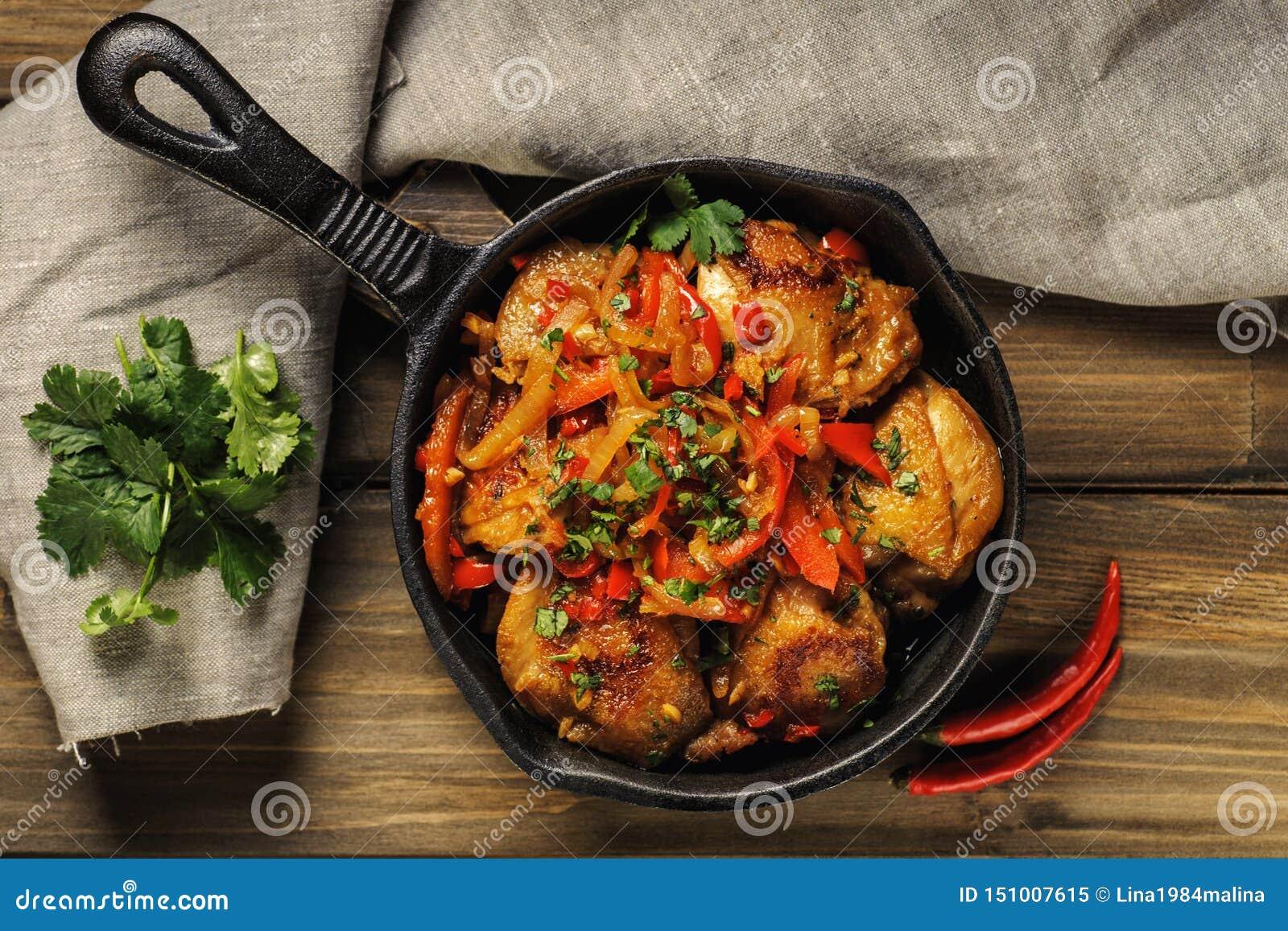 Gebratenes Huhn in der würzigen Soße mit Gemüse