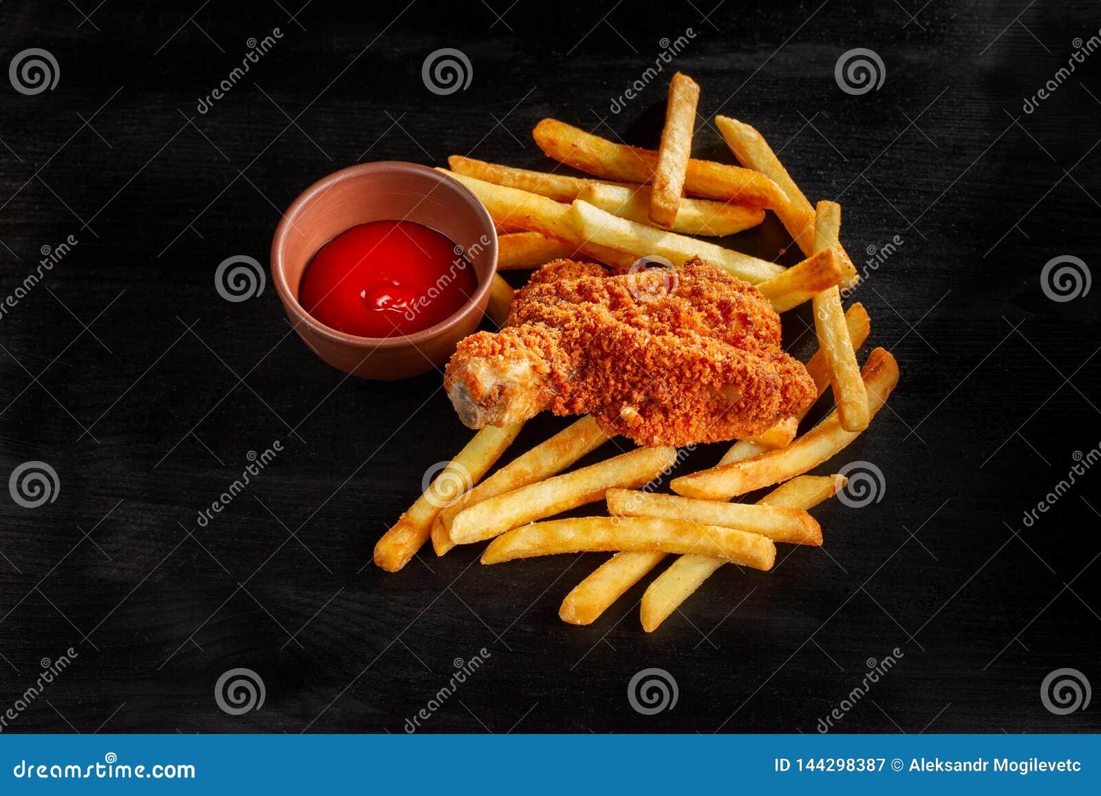 Gebratenes Huhn mit Pommes-Frites, ungesunder Fertigkost und ungesunder Nahrung