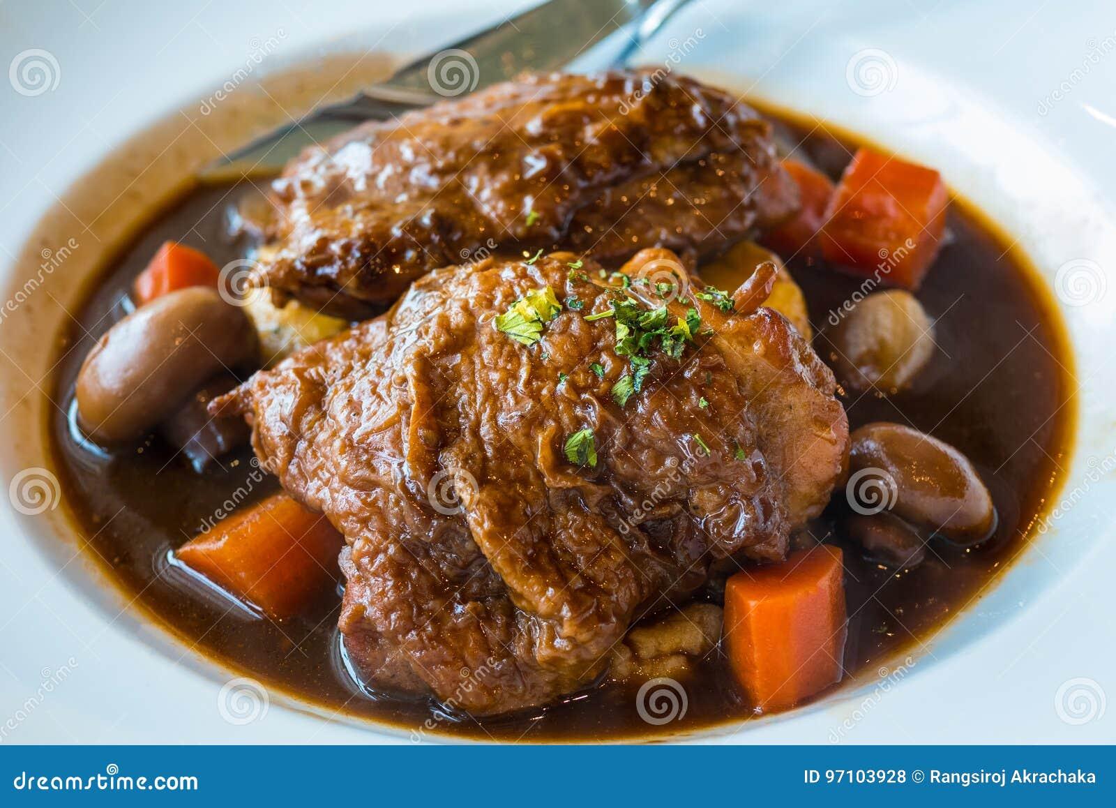 Gebratenes Huhn mit Schinken, Karotte und Pilz im Rotwein sauce mit Kartoffelpüree