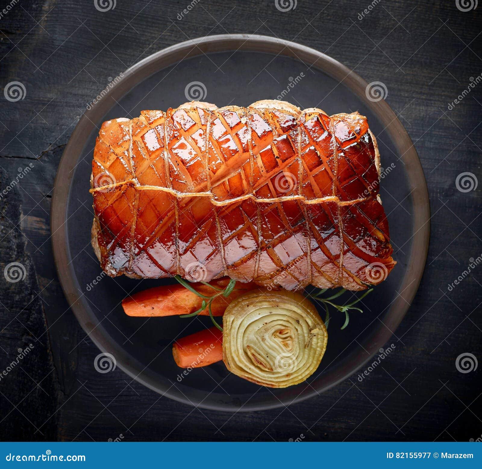 Gebratenes Schweinefleisch auf dunkler Platte