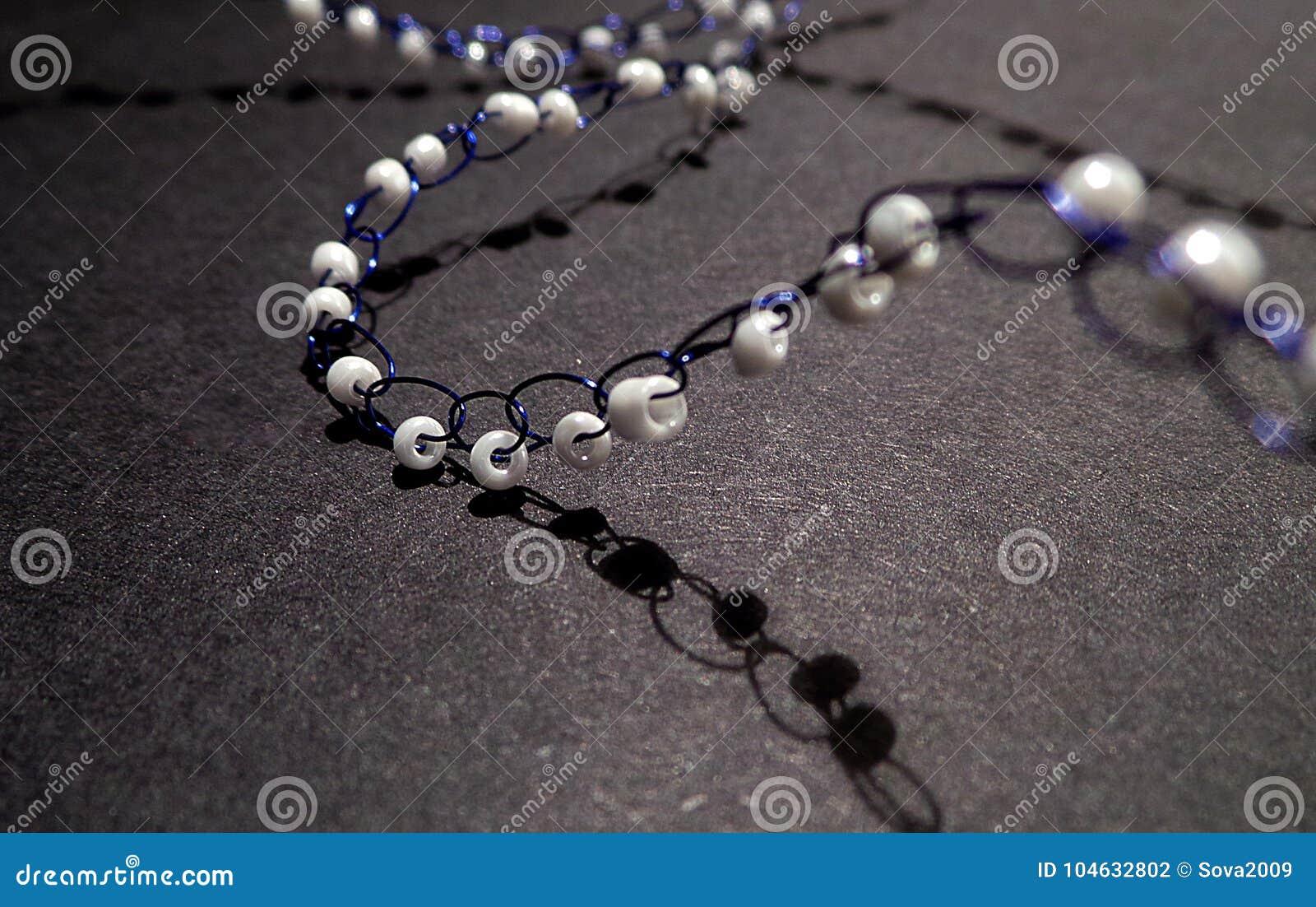 Download Gebreide kettingsjuwelen stock foto. Afbeelding bestaande uit hand - 104632802