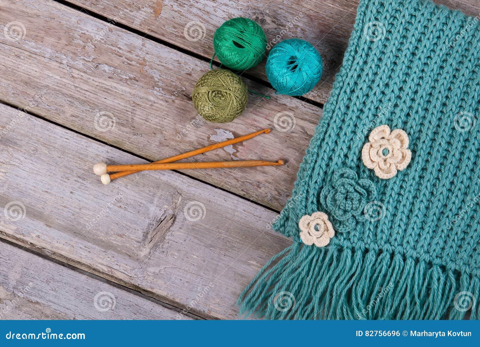 Gebreide Sjaal Met Met De Hand Gemaakte Bloemen Stock Foto