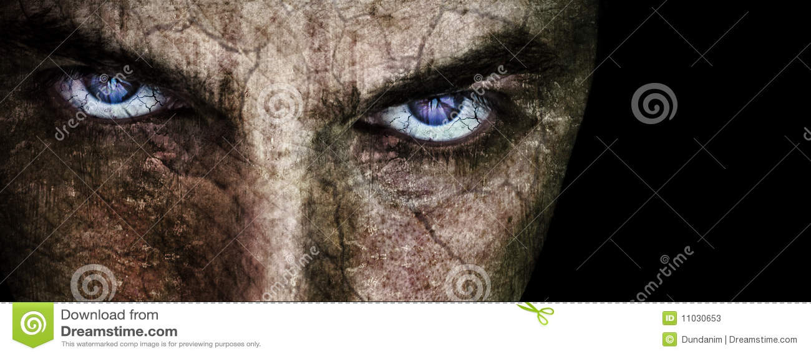 Gebrochenes Gesicht mit finsteren schlechten furchtsamen Augen