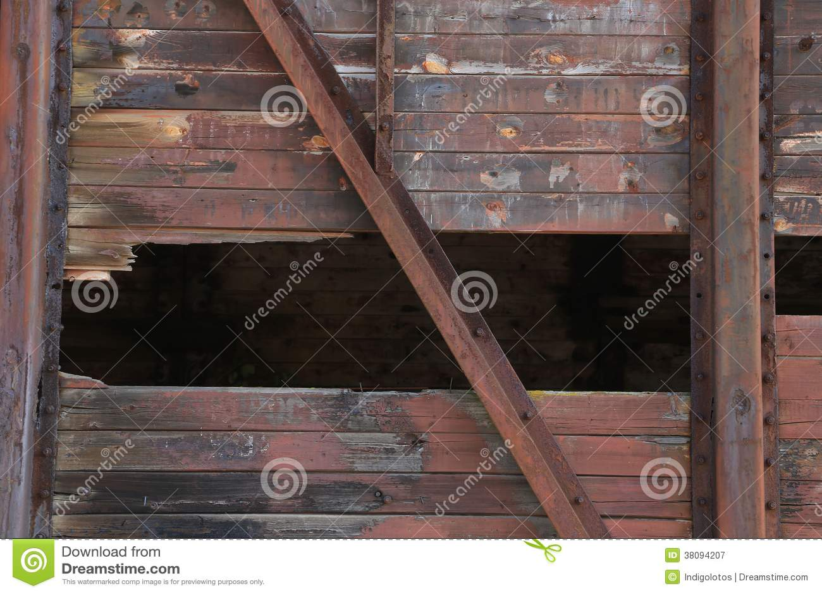 Gebroken bruine houten muur met metaaltextuur.