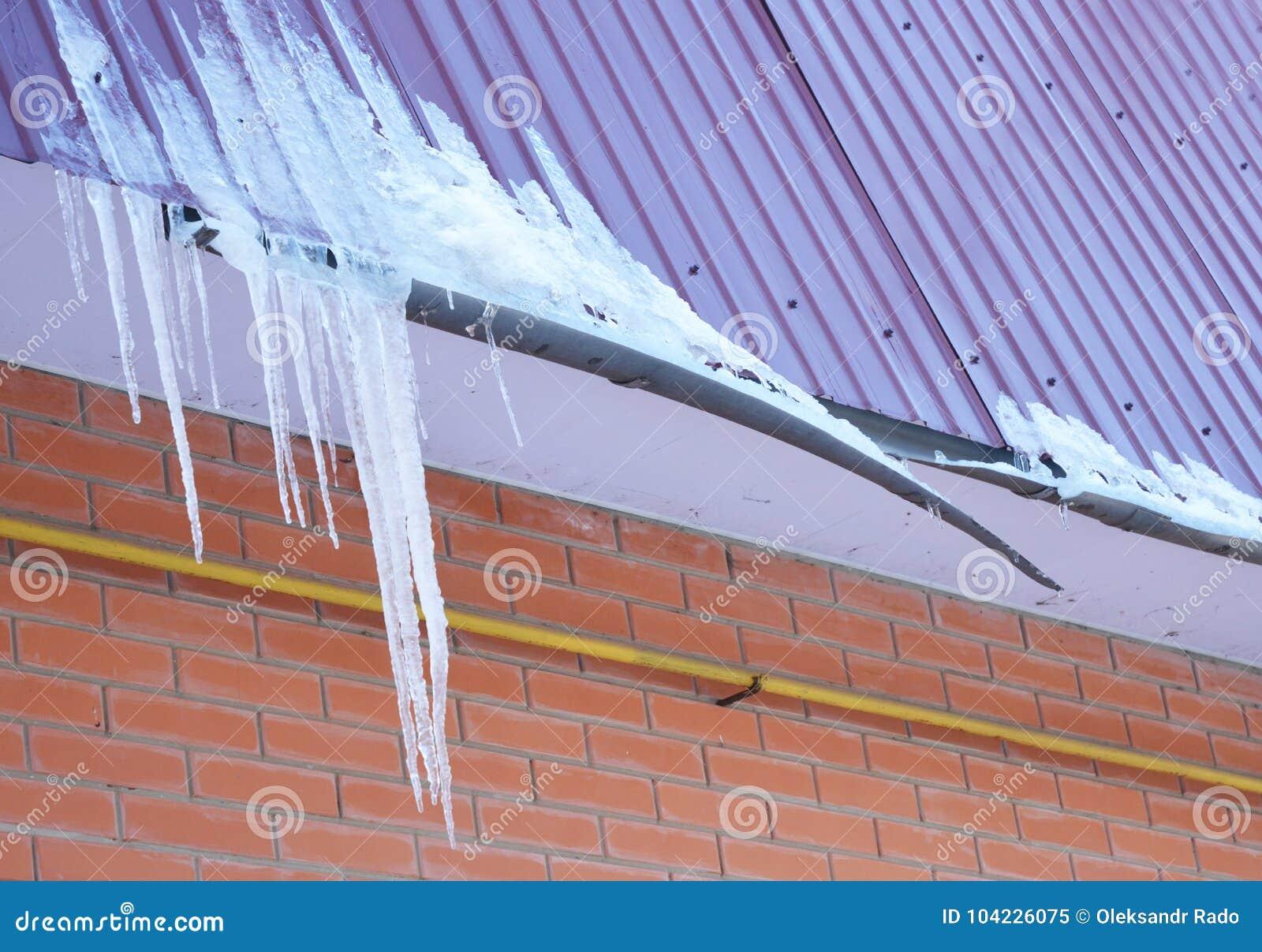 Gebroken Dakgoten Ijsdam Close-up op nieuw gebroken dakgootsysteem zonder de Sneeuwwacht van de dakbescherming bij de huisbouw