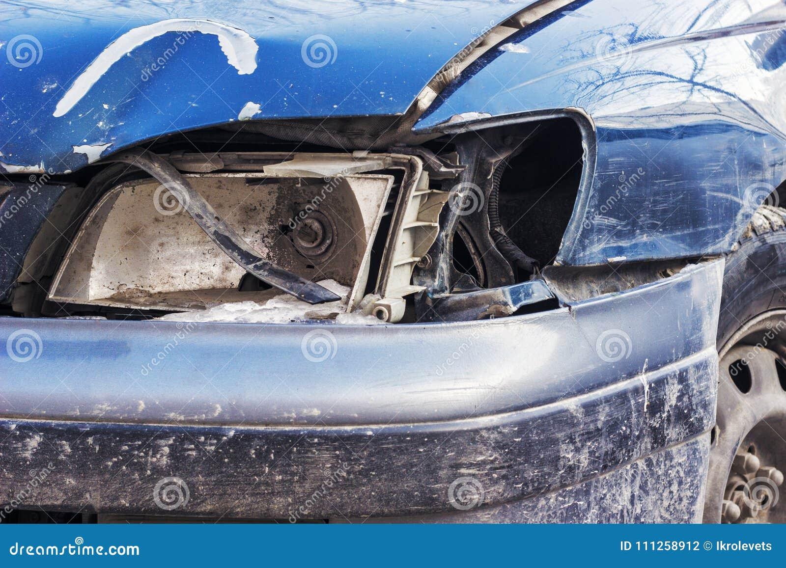 Gebroken koplamp op de auto
