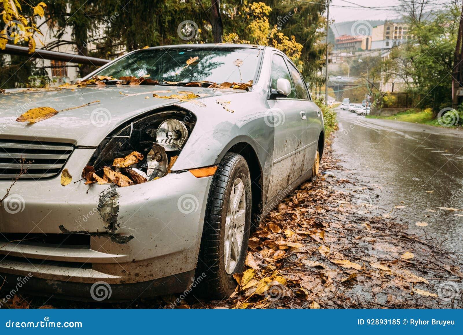 Gebroken Lampkoplamp en Bumperauto die met Diepe Schade wordt gekrast