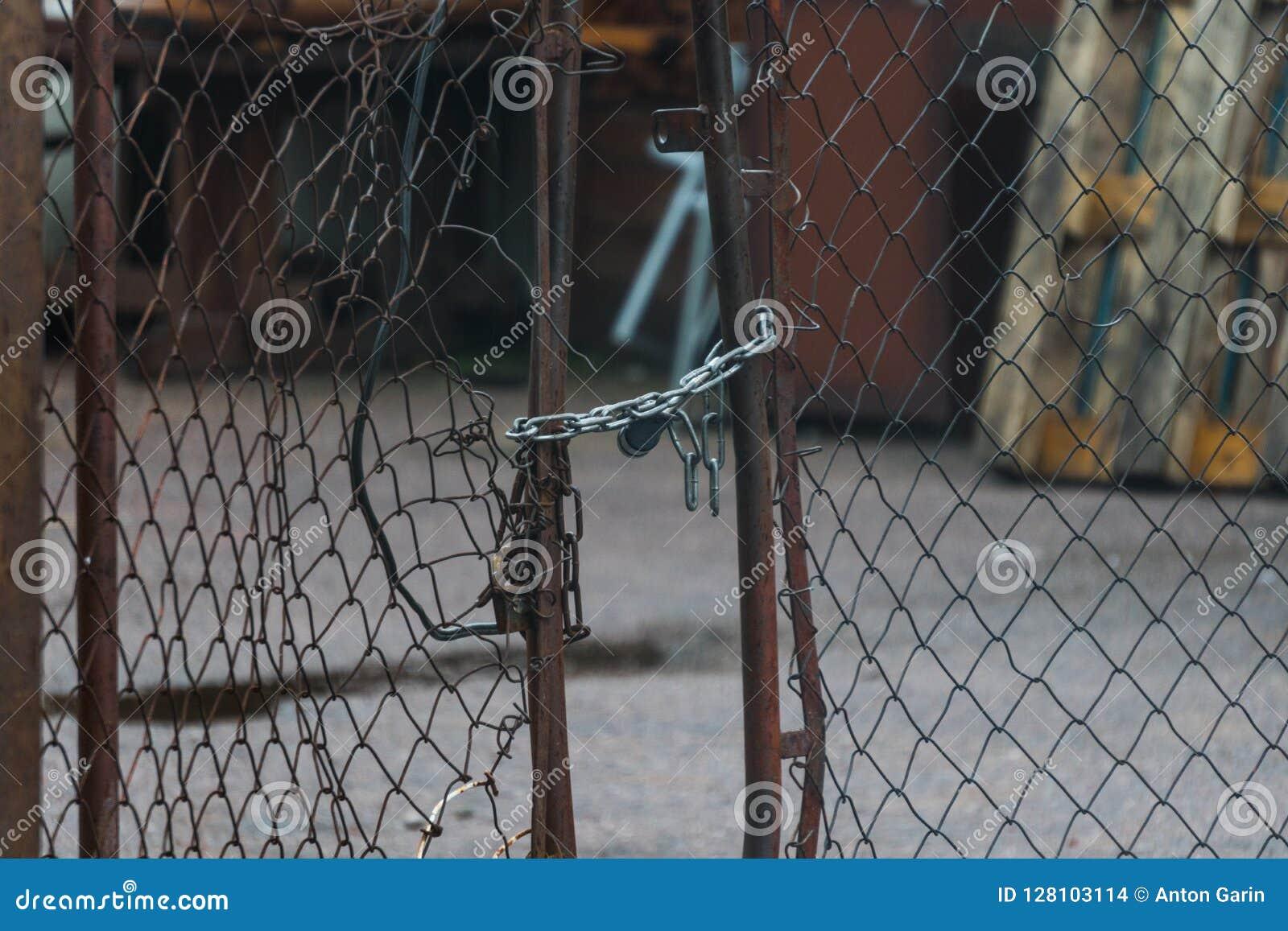 Gebroken netwerkpoort met een slot en een ketting