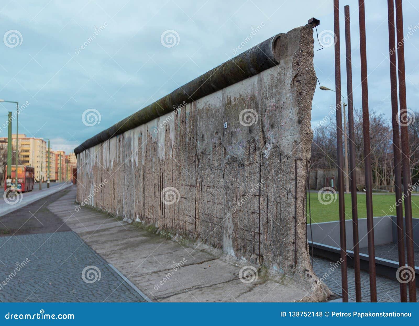 Gebroken oud deel van de historische muur in Berlijn