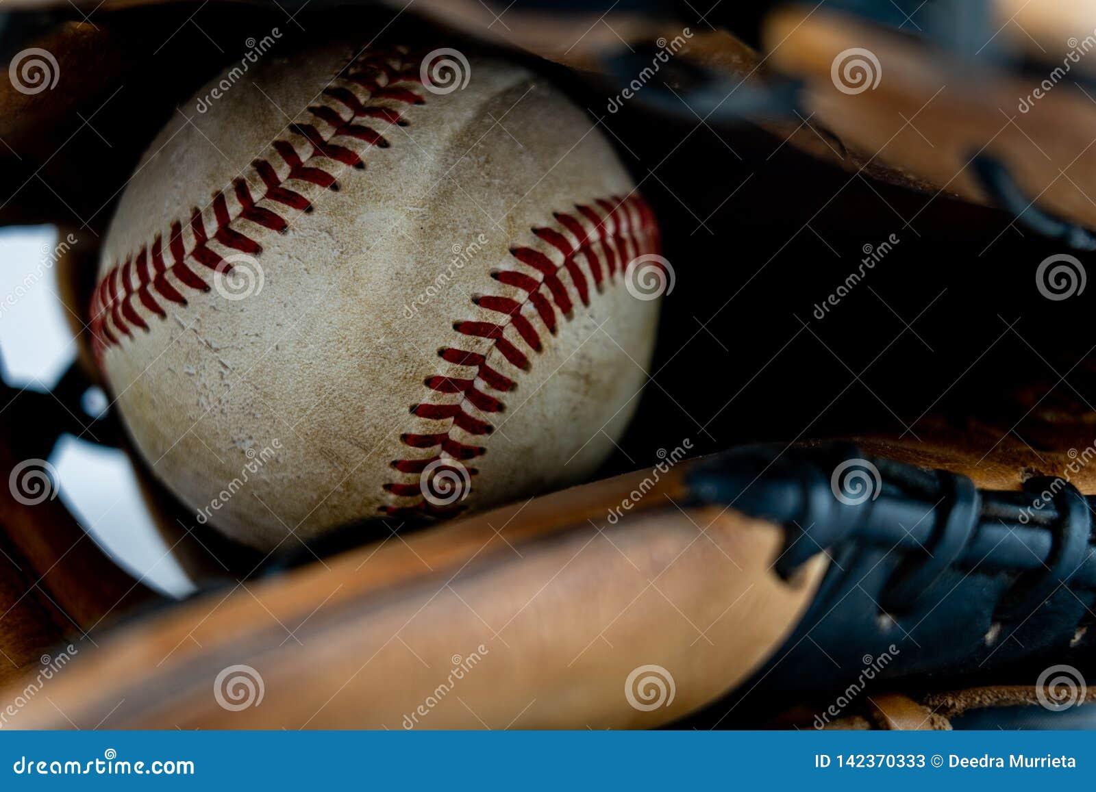 Gebruikt honkbal binnen een handschoen