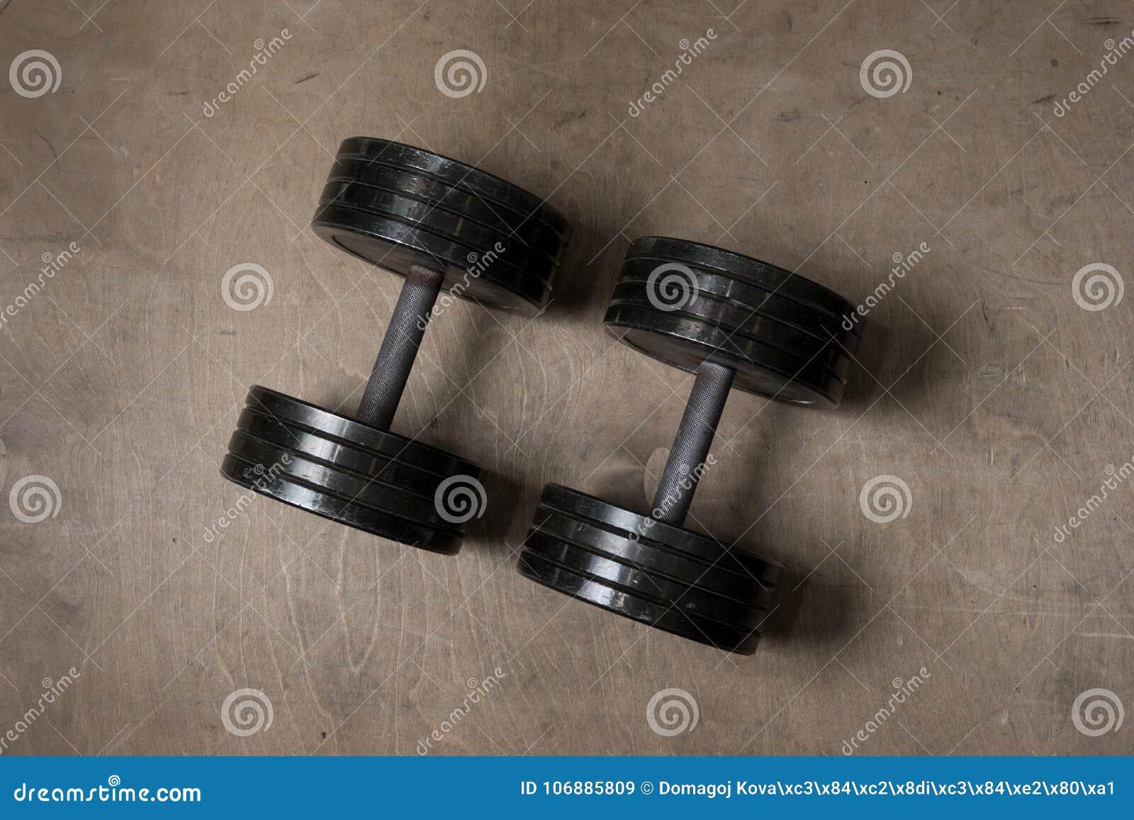 Gebruikte Houten Vloer : Gebruikte en oude zwarte gymnastiekdomoren op ruwe houten vloer in