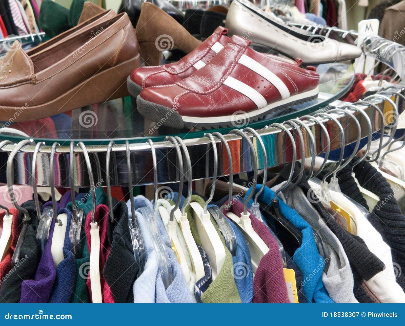 Kleding Schoenen.Gebruikte Kleding En Schoenen Bij De Opslag Van De Zuinigheid Stock