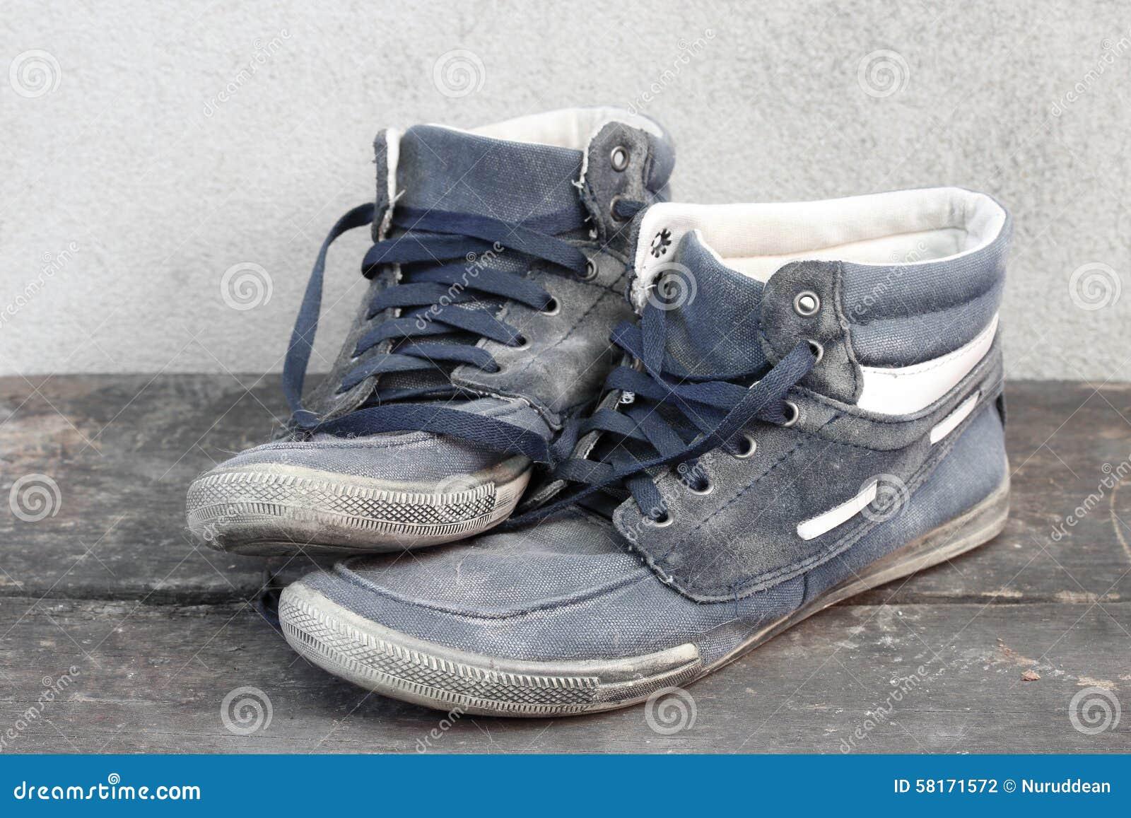 Gebruikte Houten Vloer : Gebruikte oude tennisschoenen op de houten vloer stock foto