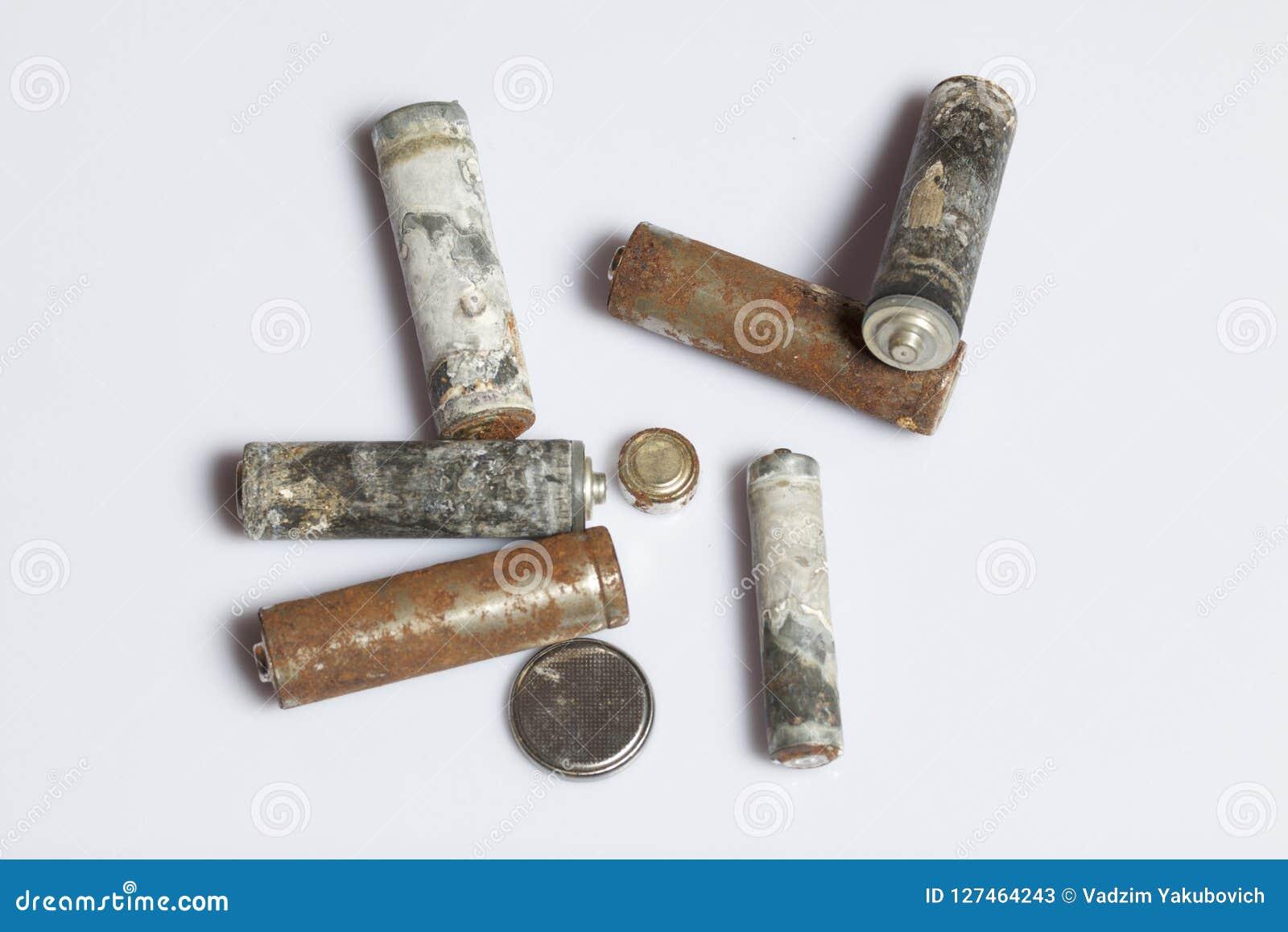 Gebruikte vinger-gekronkelde die batterijen met corrosie worden behandeld recycling