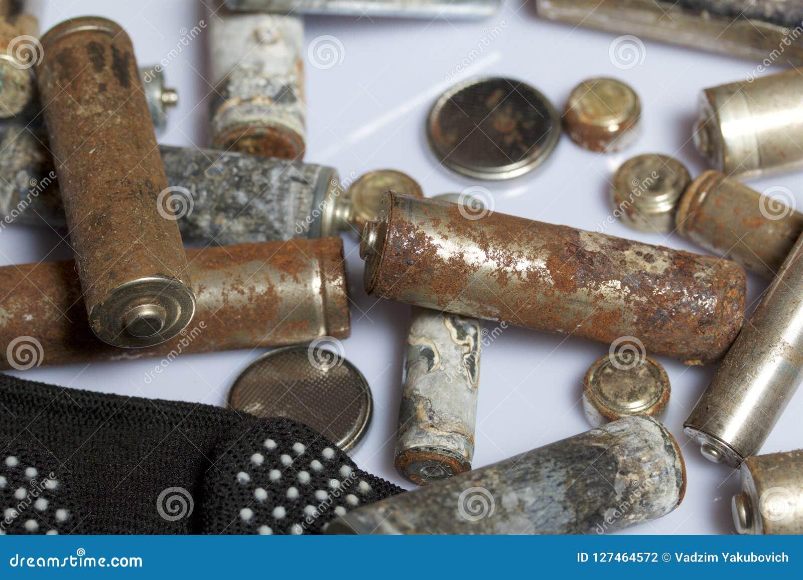 Gebruikte vinger-gekronkelde die batterijen met corrosie worden behandeld Zij liggen op een houten doos Volgende werkende handsch