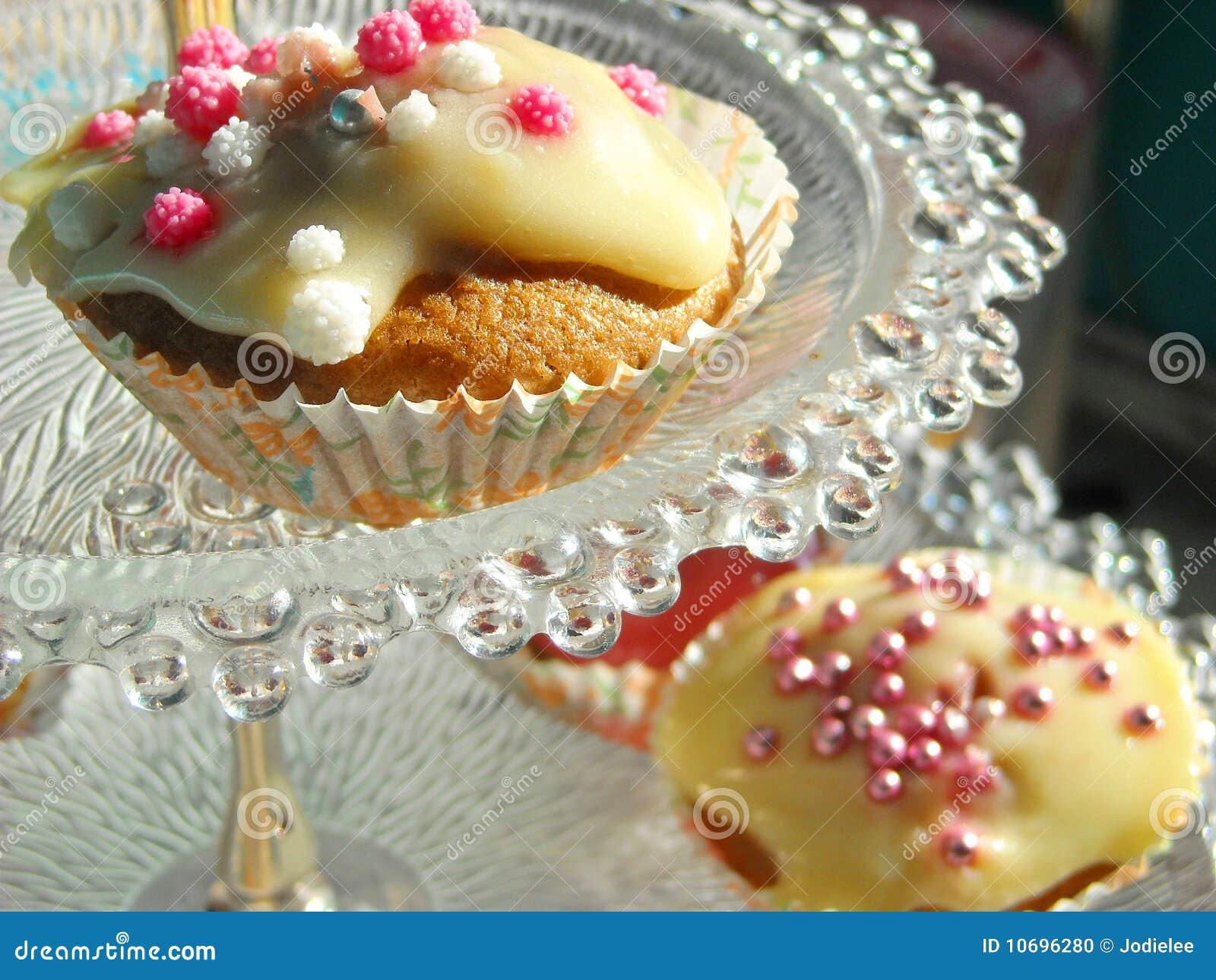 Geburtstag tee party kleine kuchen stockfoto bild von for Kuchen glasplatte