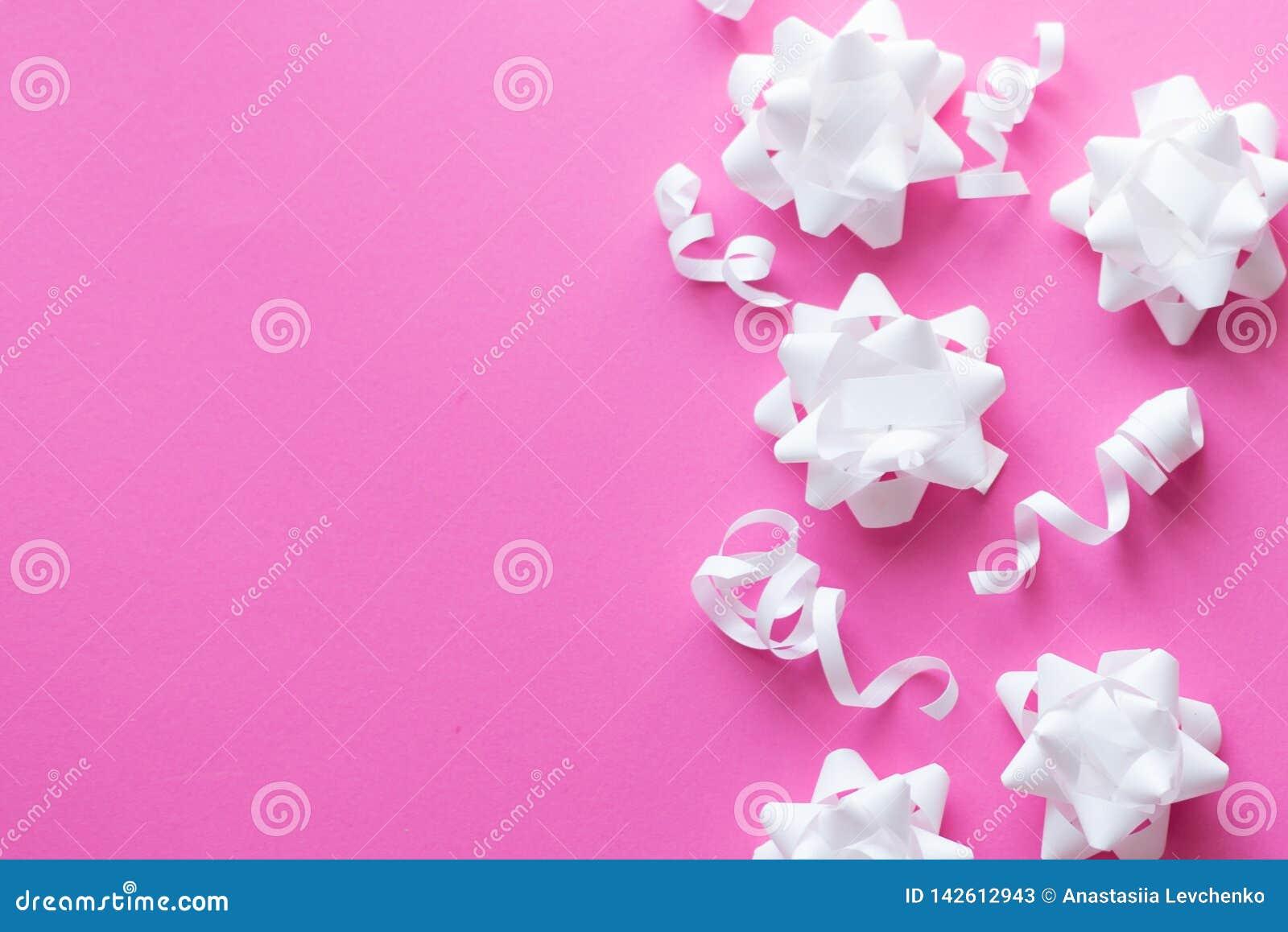 Geburtstagsfeierrosahintergrund Postkarte der weißen Blumen Kopieren Sie Platz
