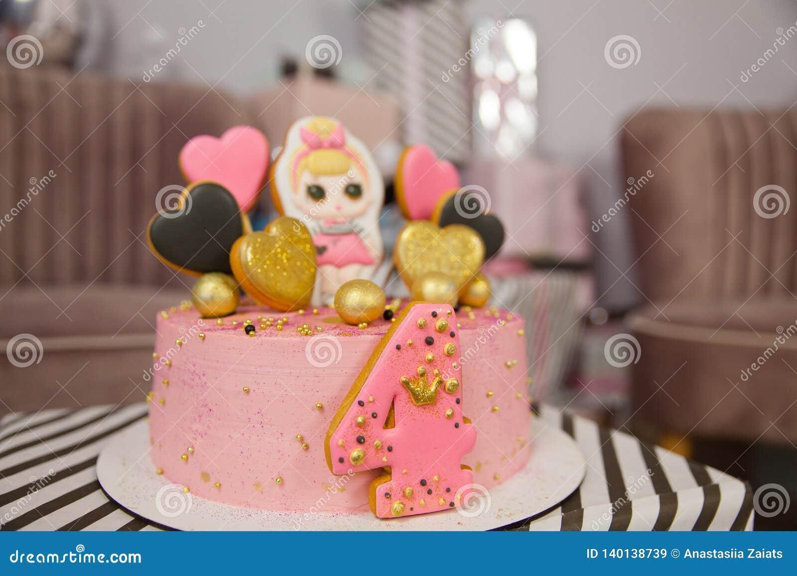 Geburtstagskuchen für 4 Jahre verziert mit Lebkuchenherzen mit Zuckerglasur und der Nr. vier