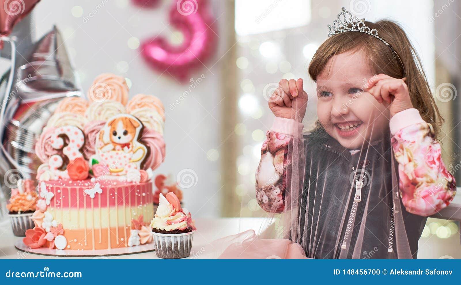 Geburtstagskuchen für 3 Jahre verziert mit Schmetterlingen, Lebkuchenkätzchen mit Zuckerglasur und der Nr. drei Meringe blaß - ro