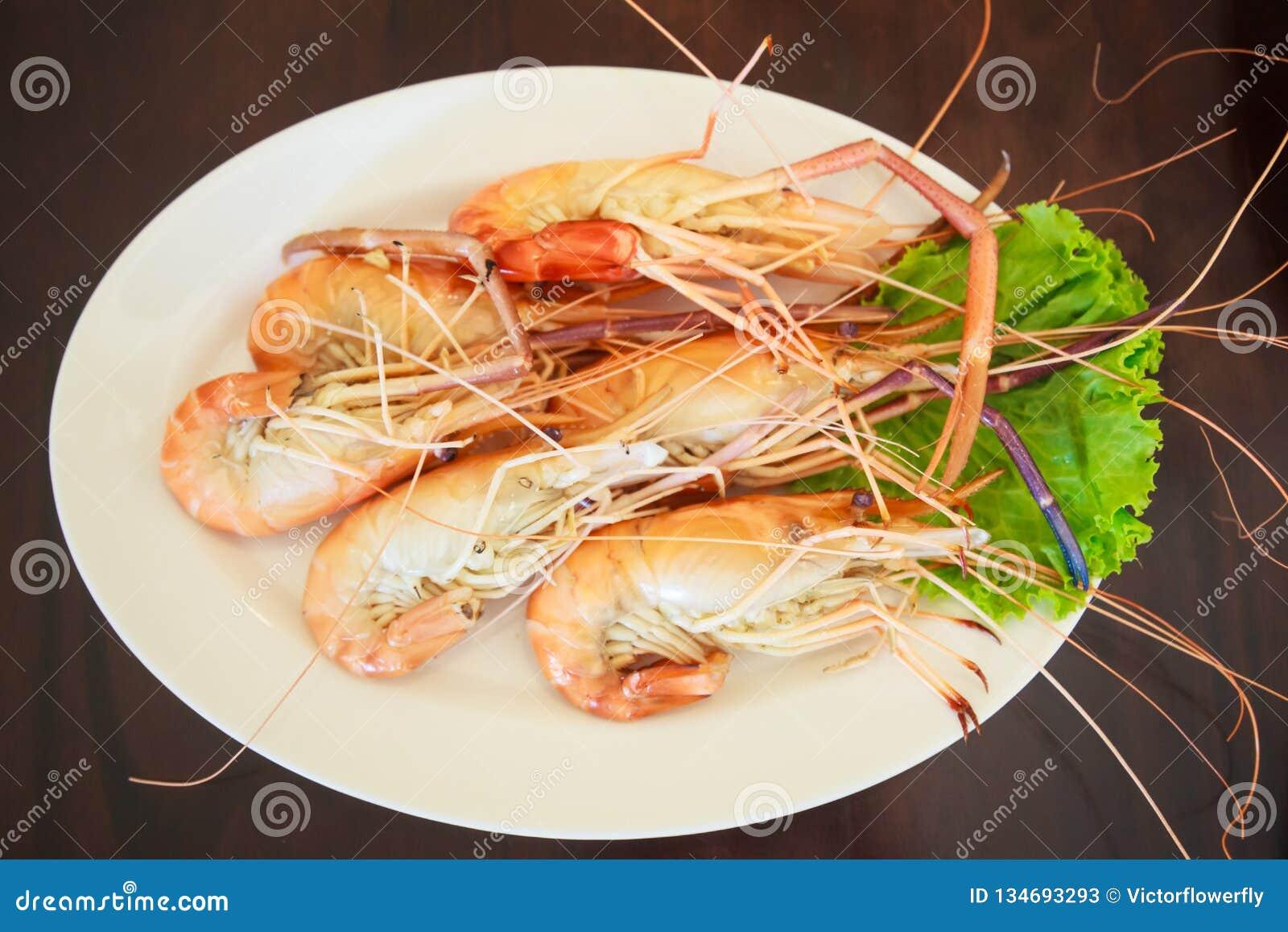 Gedämpfte Meeresfrüchte vom Seemarkt, frischer geschmackvoller appetitanregender gekochter Tiger Prawns auf Holztisch-Hintergrund