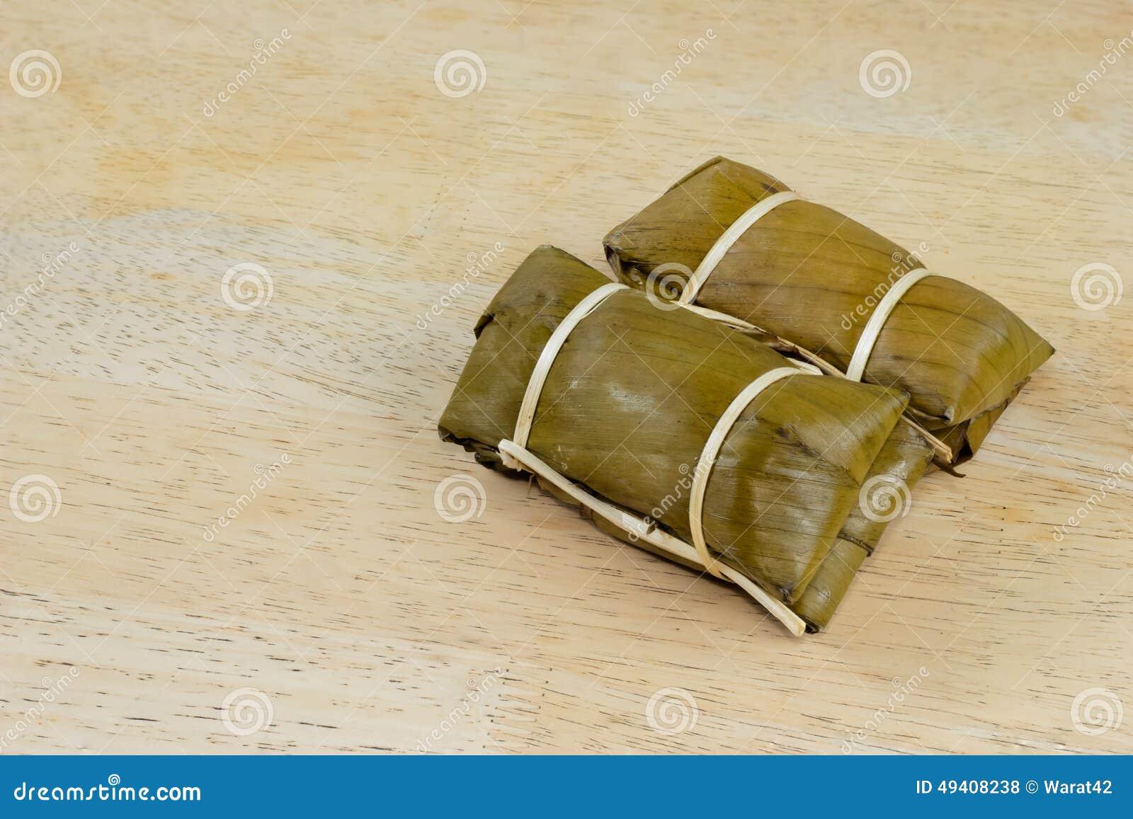 Download Gedämpfter Klebriger Reis Mit Banane Auf Hölzerner Tischplatte Stockfoto - Bild von banane, köstlich: 49408238