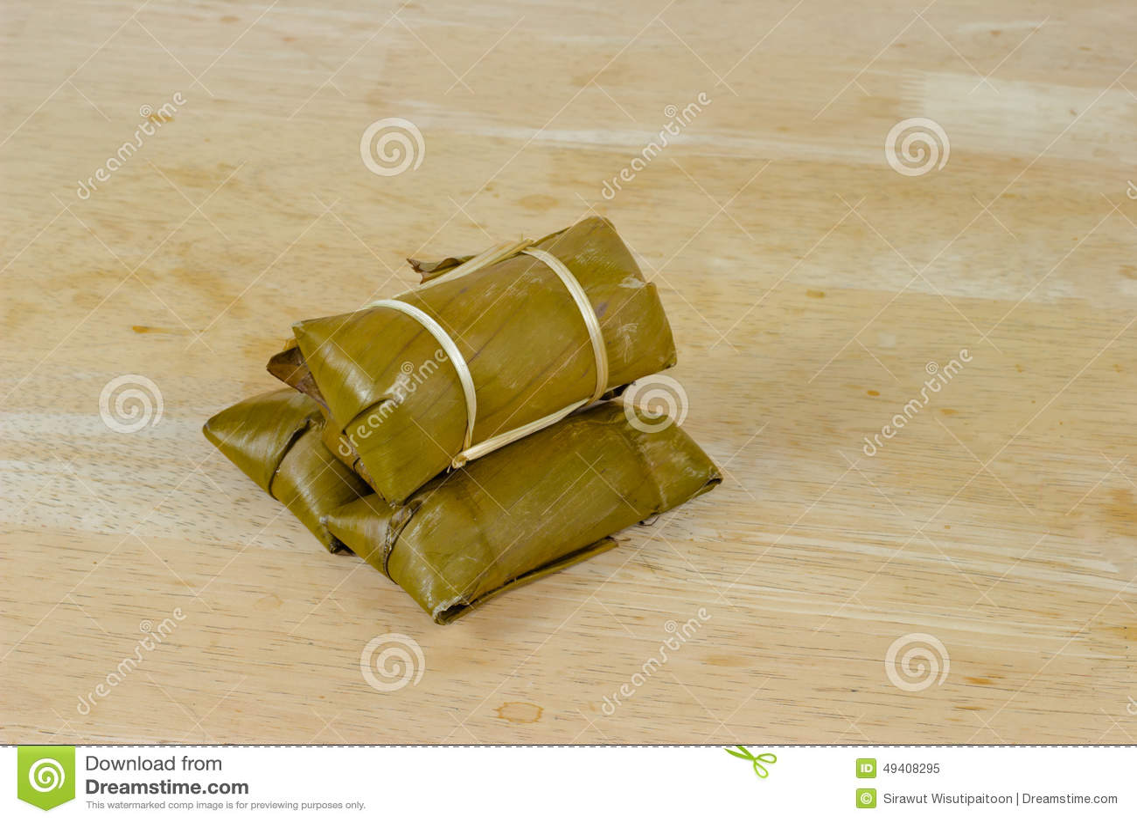 Download Gedämpfter Klebriger Reis Mit Banane Auf Hölzerner Tischplatte Stockbild - Bild von nachtisch, siamesisch: 49408295