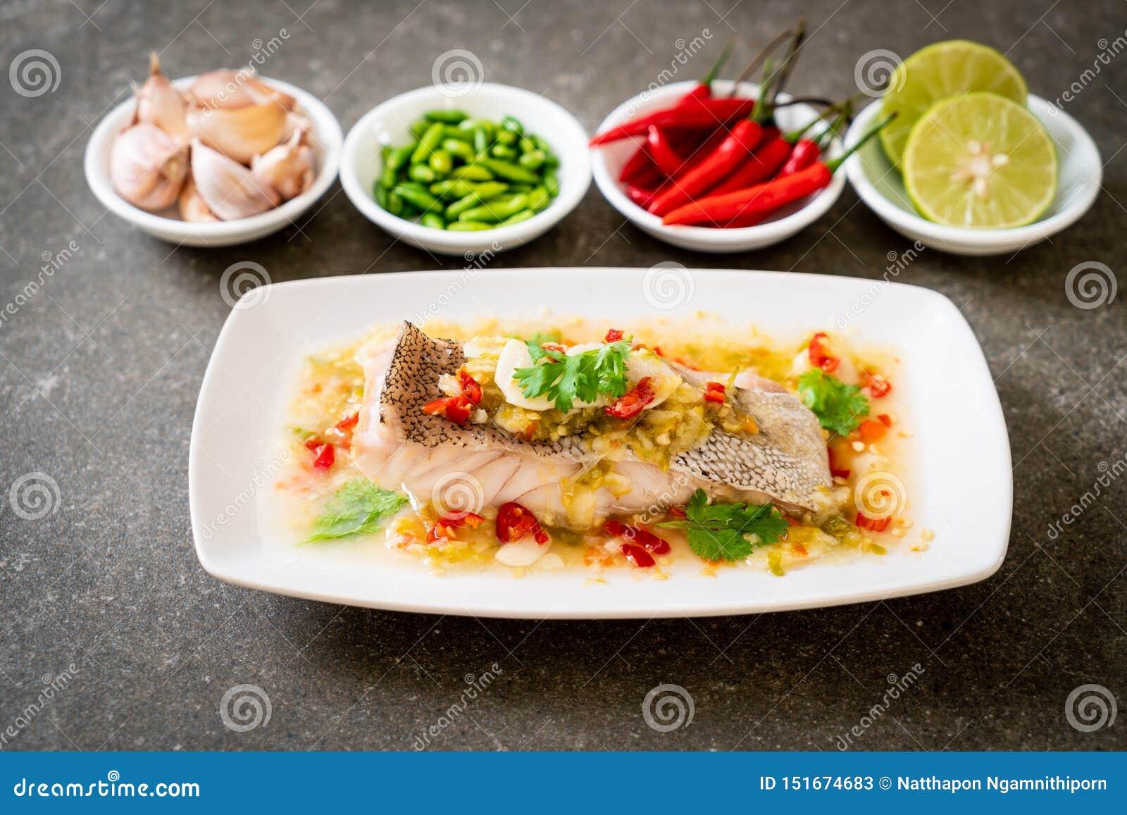 Gedämpftes Barsch-Fischfilet mit Chili Lime Sauce in der Kalkbehandlung
