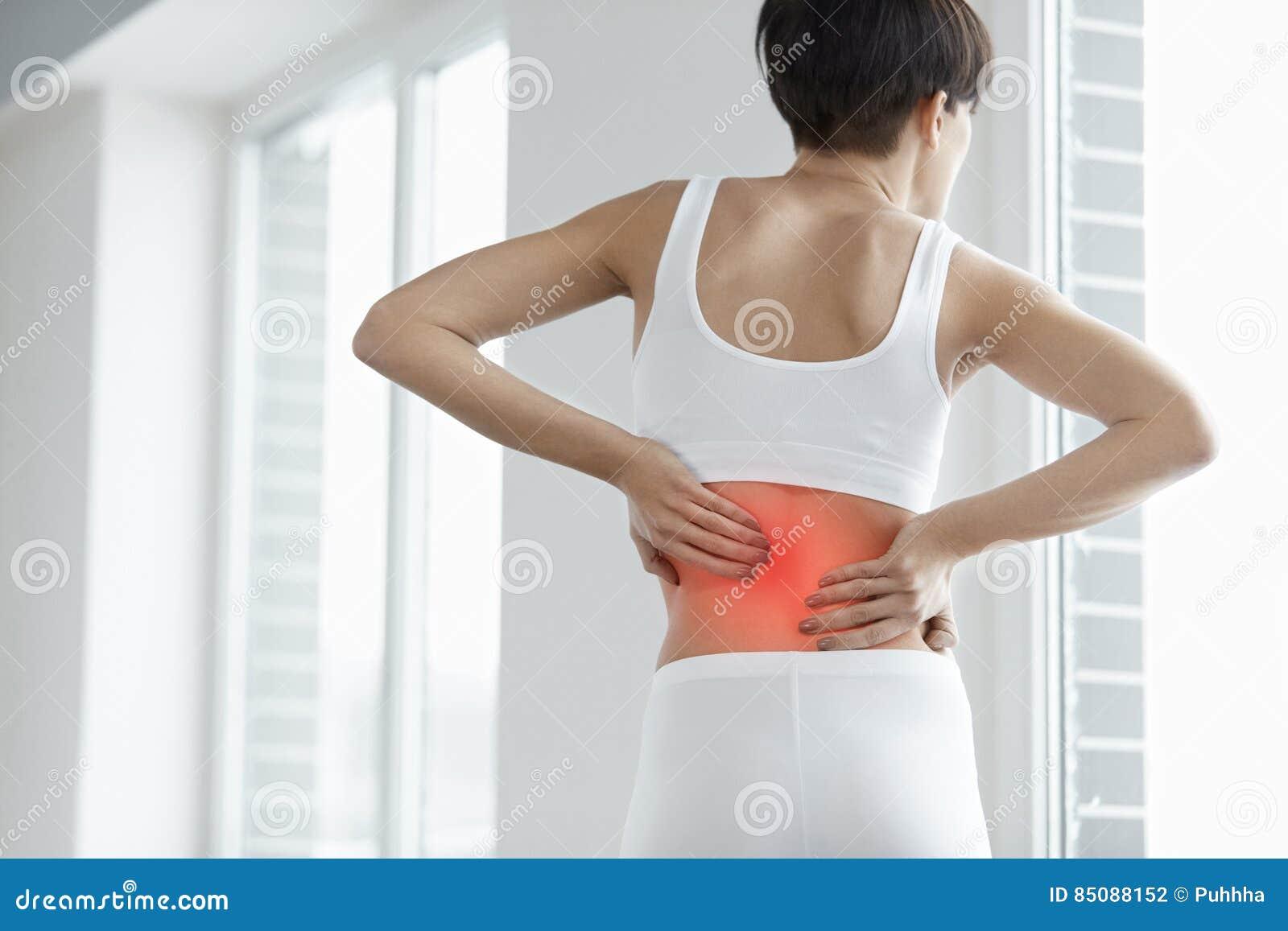 Gedeeltelijk desaturated beeld van gespannen mannelijke rug Close-up van Vrouwenlichaam met Pijn in Rug, Rugpijn