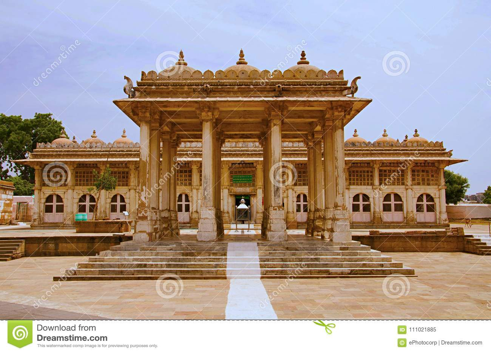 Gedeeltelijke mening van Sarkhej complexe Roza, moskee en graf Makarba, Ahmedabad, Gujarat