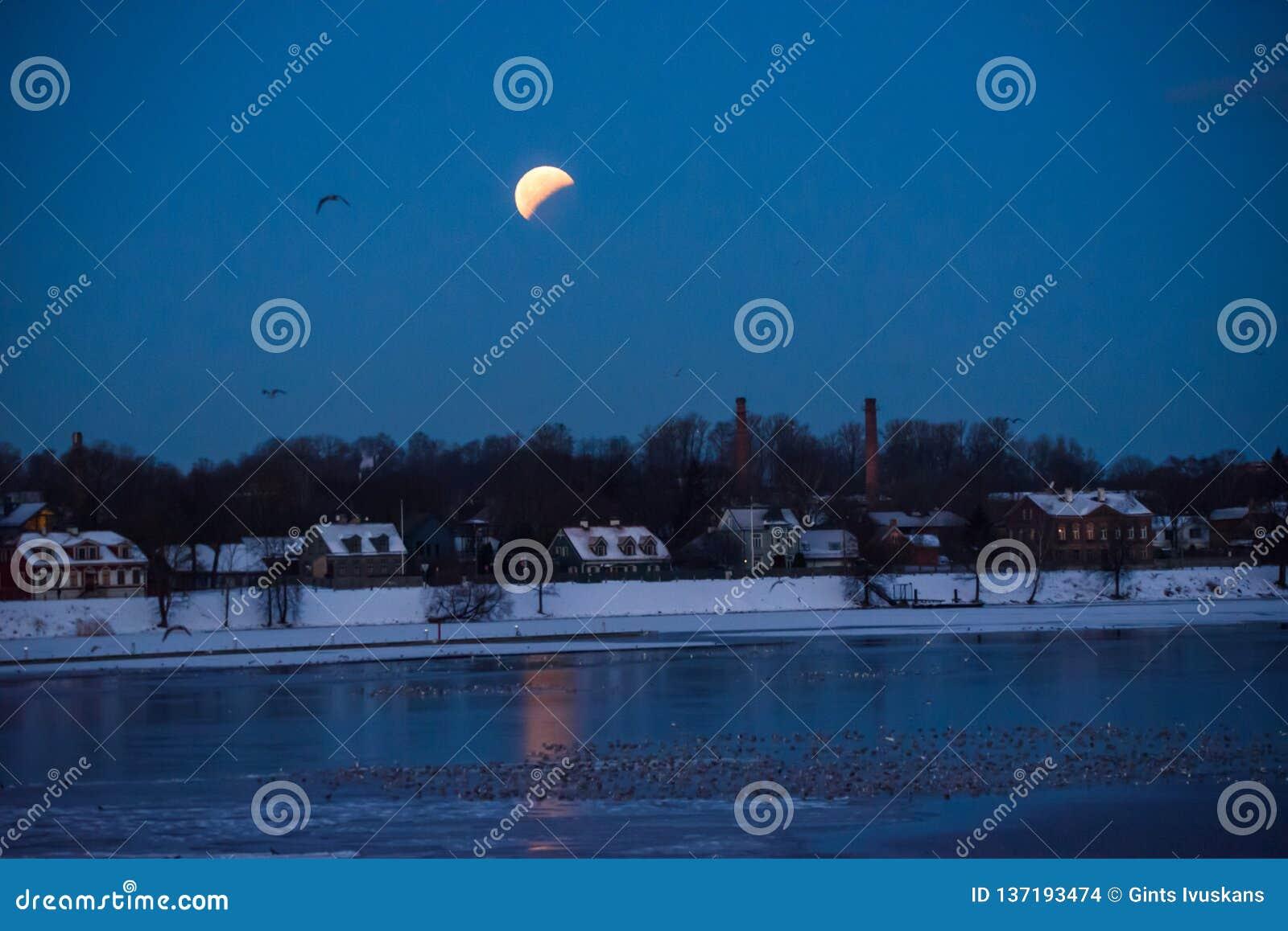 Gedeeltelijke verduistering van maan na volledige verduistering van maan