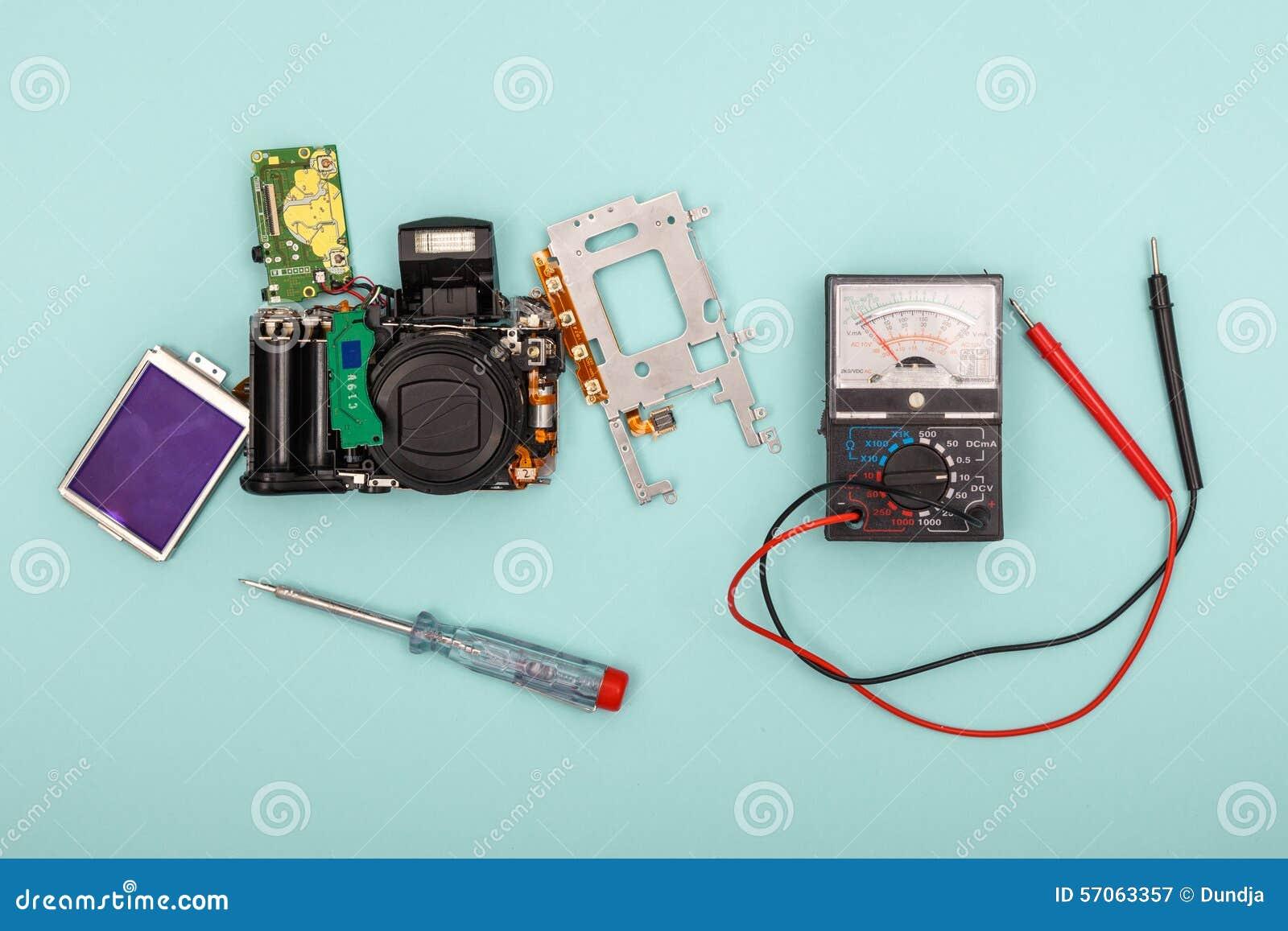 Gedemonteerde camera en hulpmiddelen