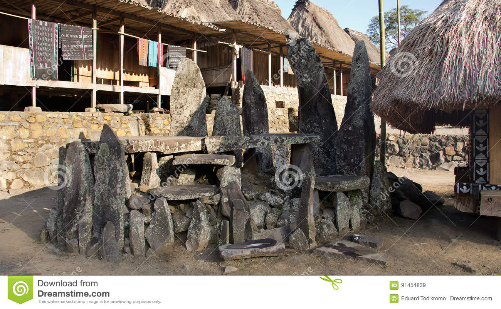 Gedenkstenen in Bena een traditioneel dorp met grashutten van de Ngada-mensen in Flores