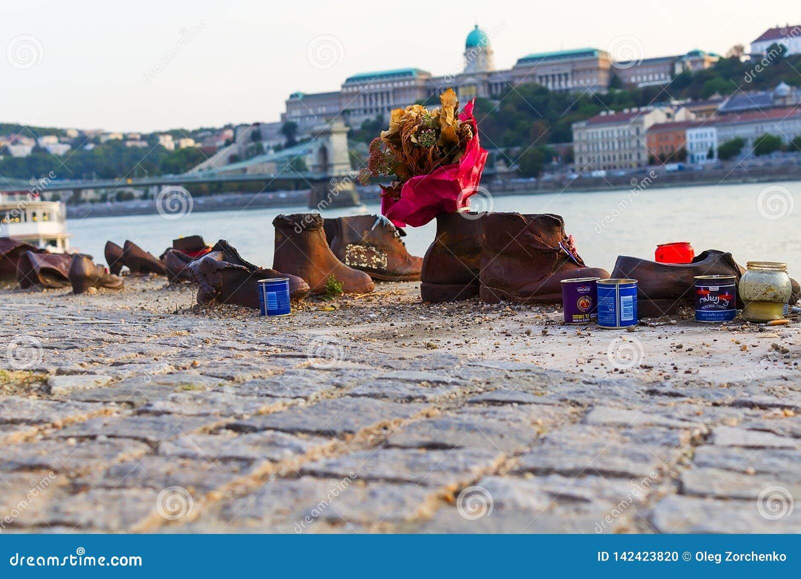 Gedenkteken aan de moorde Joden in Wereldoorlog II op de banken van de Donau
