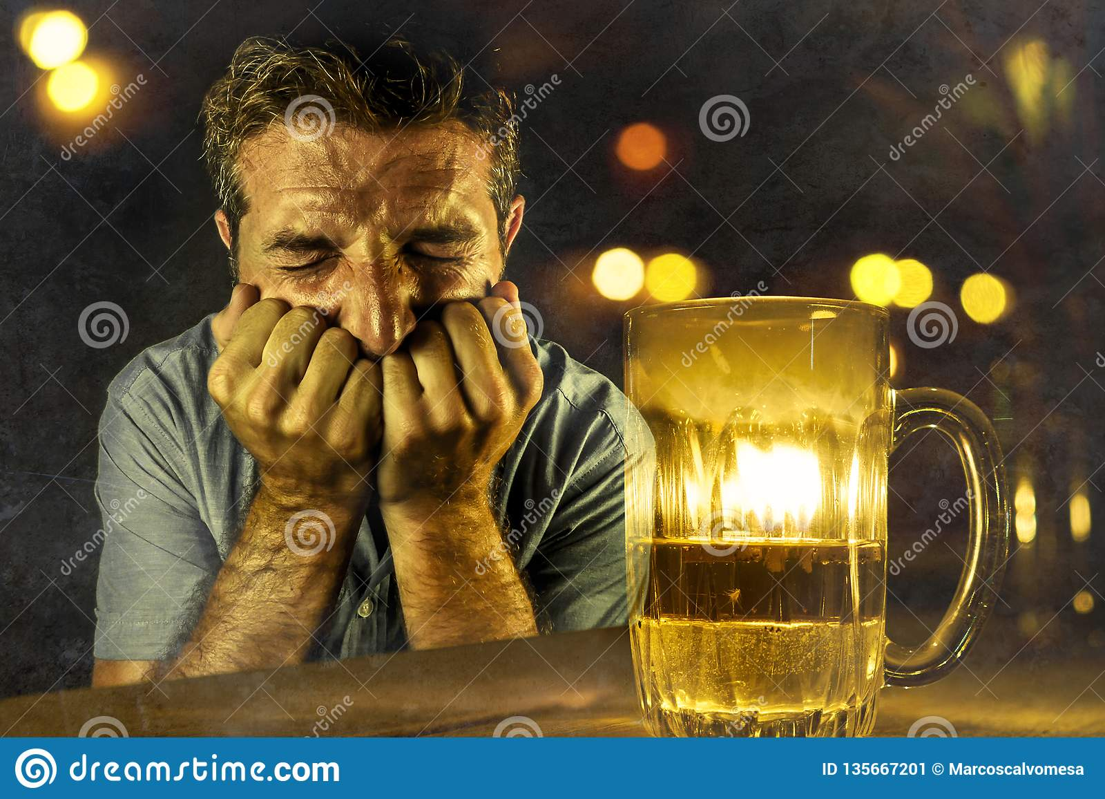 Gedeprimeerd alcoholisch mens het drinken verspild en het gedronken bier ontbrekende verzetten zich tegen in barbar bij nacht te