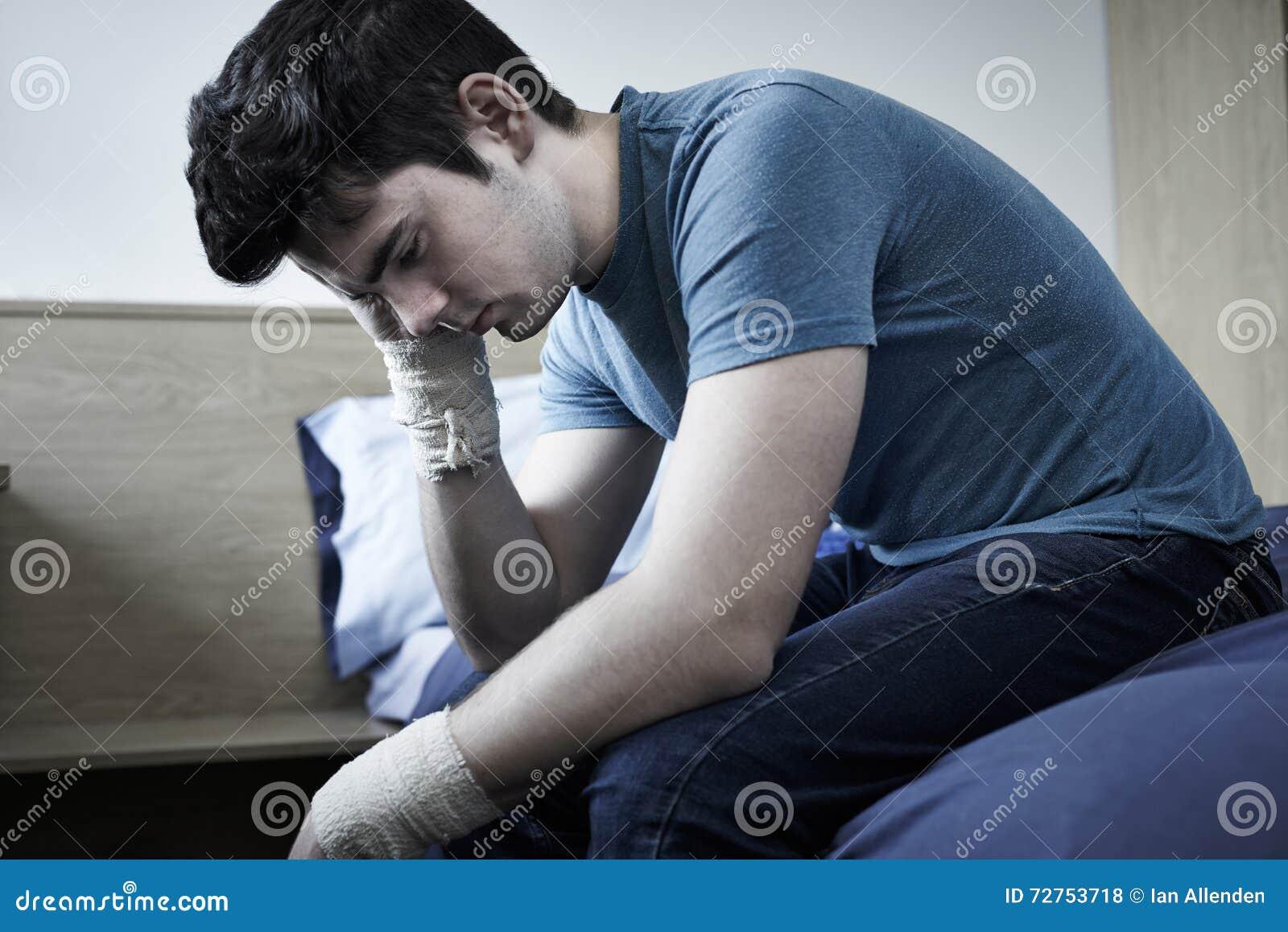 Gedeprimeerde Jonge Mens met Verbonden Polsen na Zelfmoordpoging