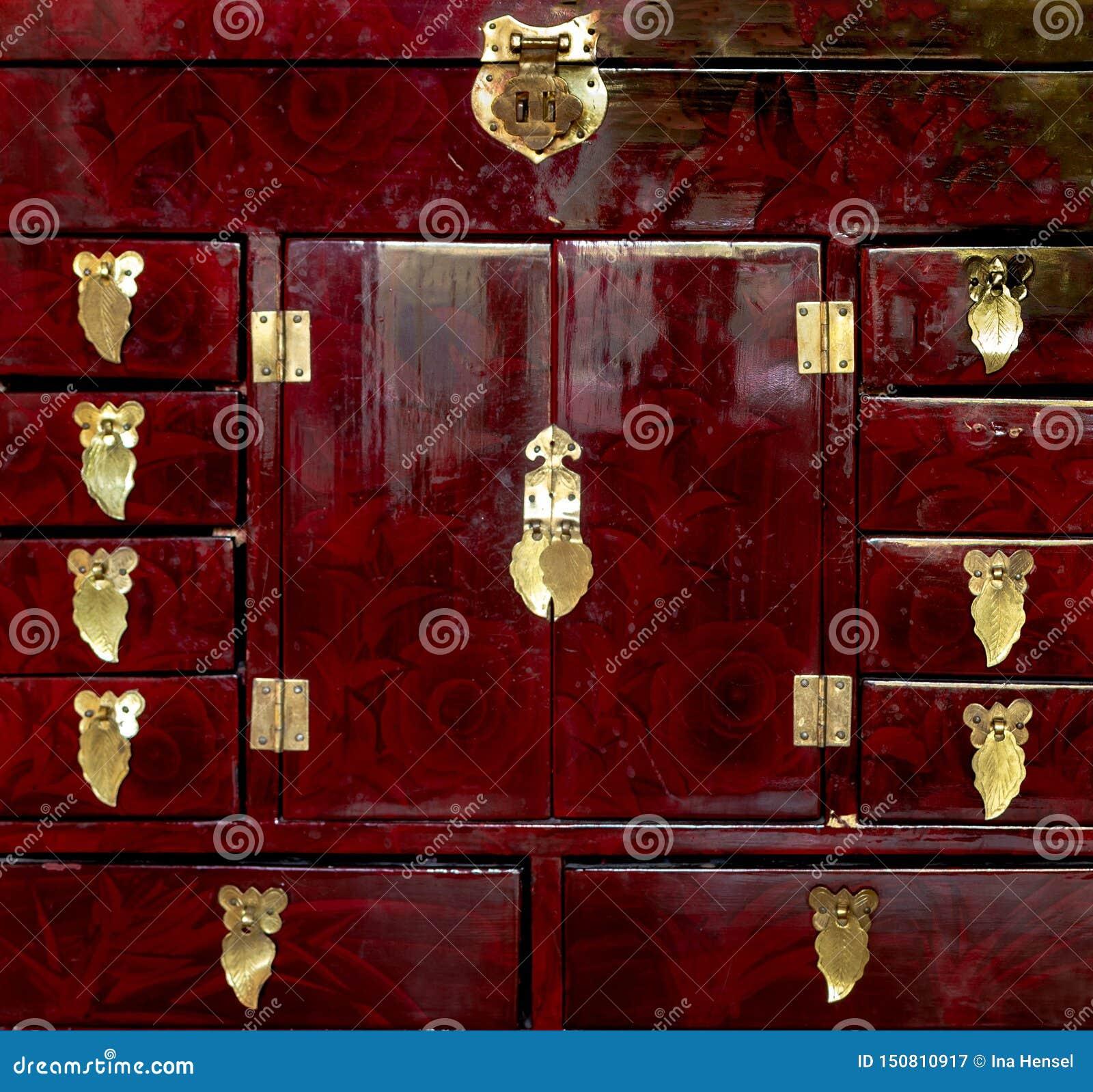 Gedetailleerd dicht van een rood handcrafted omhoog juwelendoos