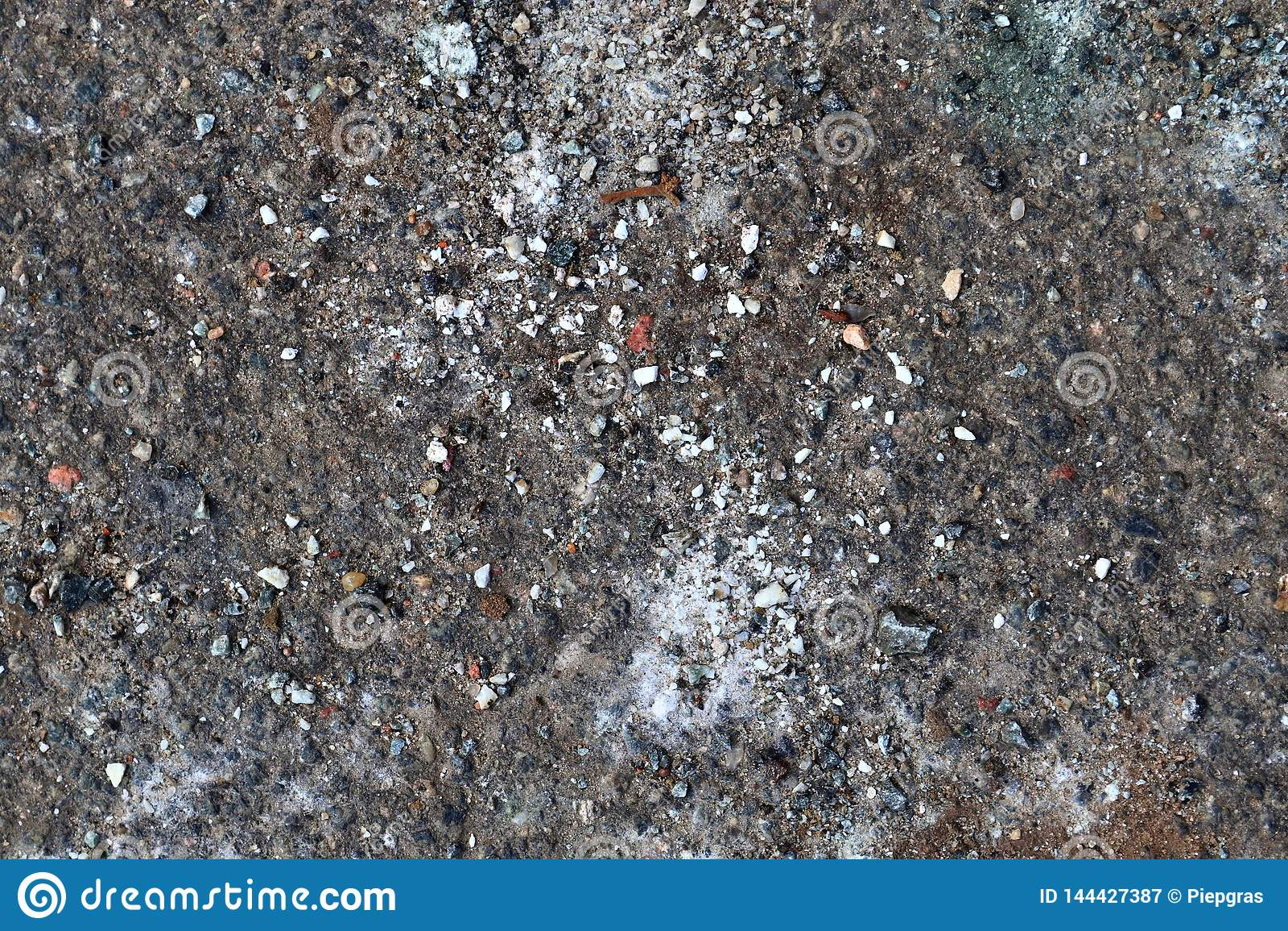 Gedetailleerde dichte omhooggaande oppervlakte van asfalt op straten met kleine stenen en barsten